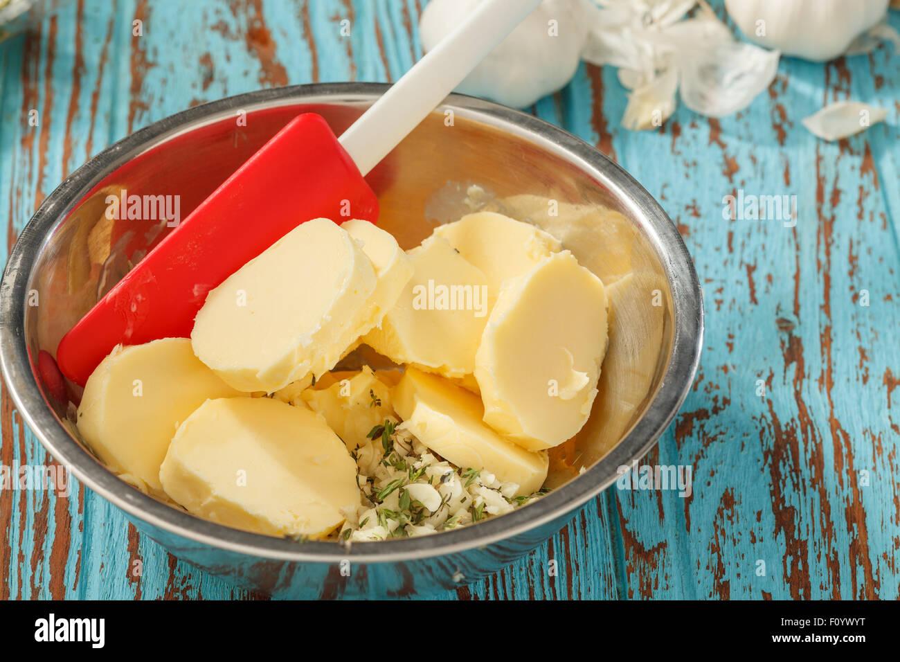 zusammengesetzte Butter Zutaten Kraut Koriander Knoblauch Zitrone frischen Frühlingszwiebeln hausgemachte italienische Stockfoto