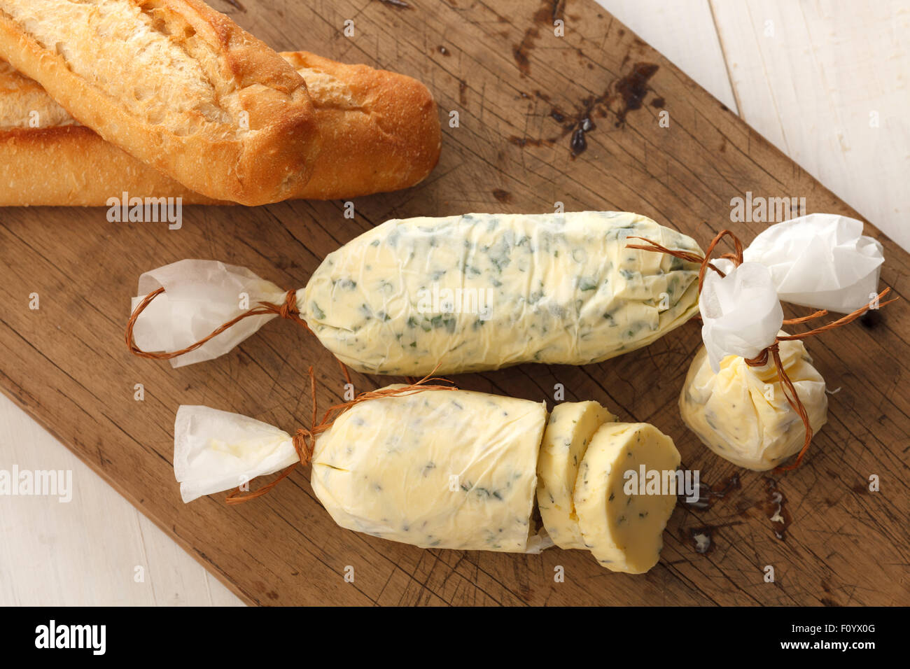 Knoblauch Brot zusammengesetzte Butter Kräuter Baguette Thymian Rosmarin Koriander Oregano frisch gehackte Stockbild