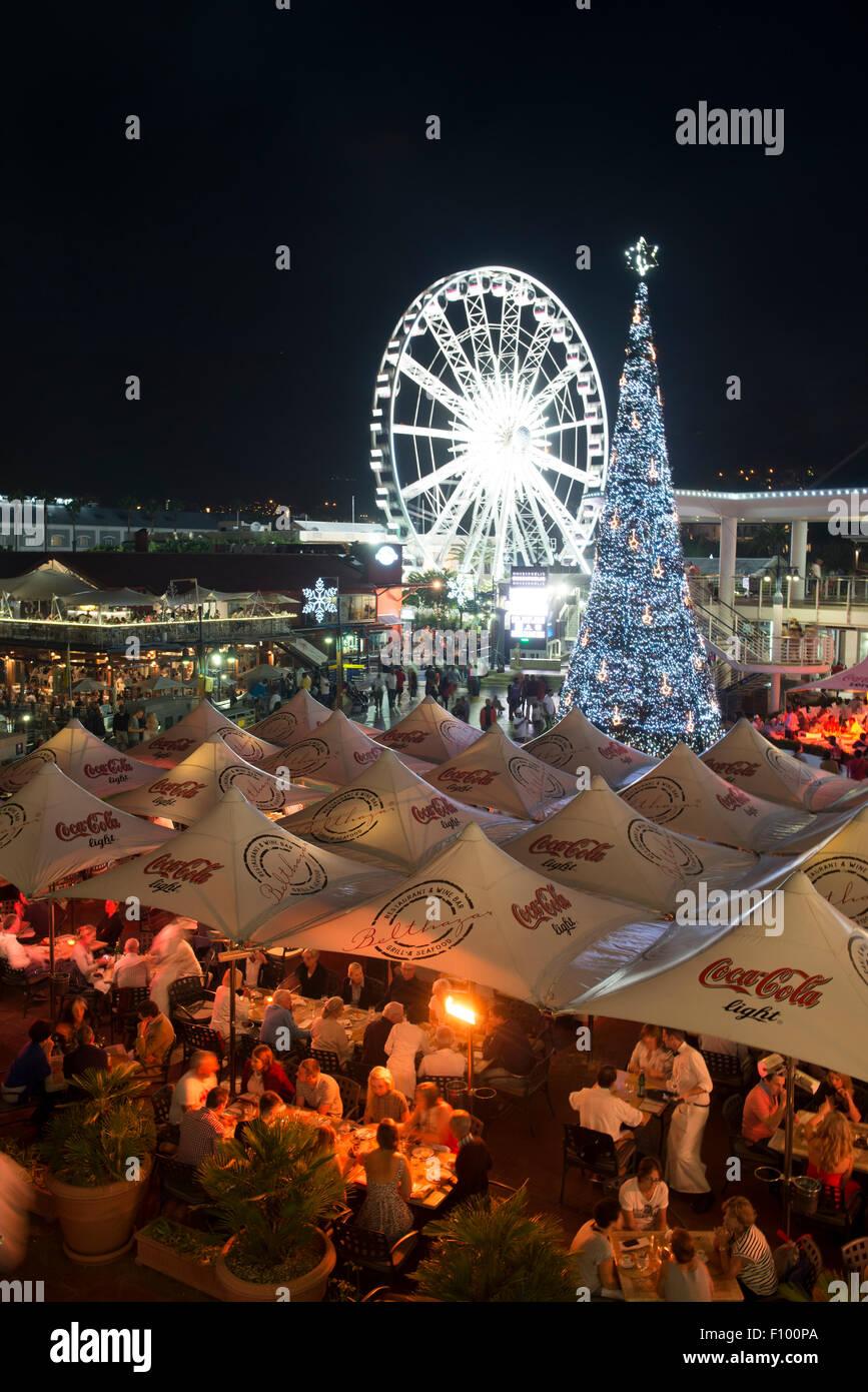 Gäste Speisen in einem Restaurant, Wheel of Excellence mit Weihnachtsbaum, V & A Waterfront, Cape Town, Western Stockfoto