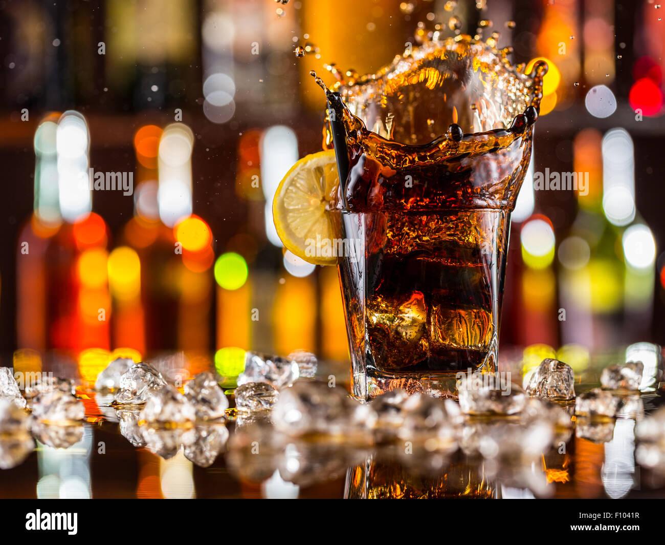 Glas Cola am Tresen Stockbild