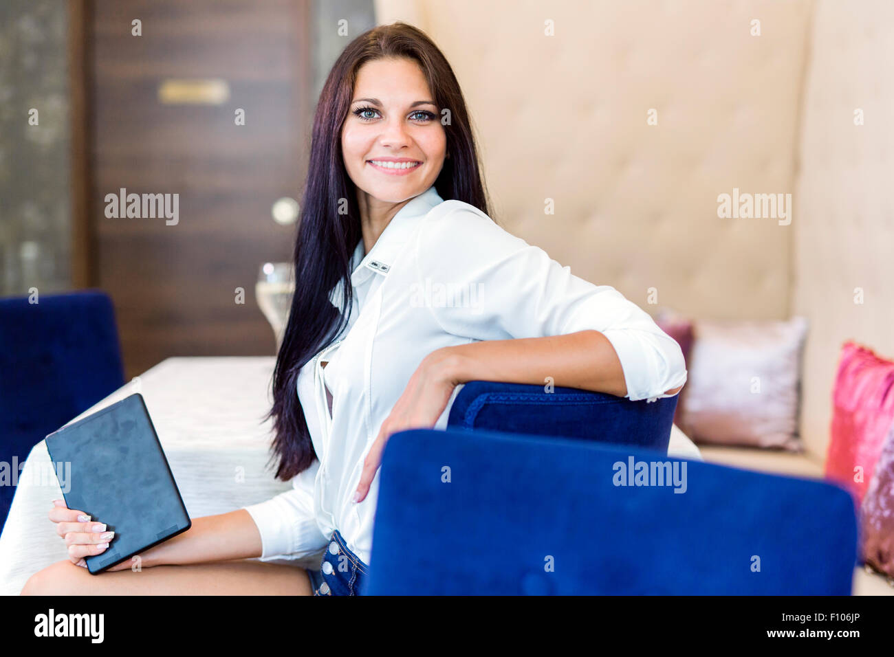 Porträt einer weißen schöne Frau lächelnd im freien Stockbild