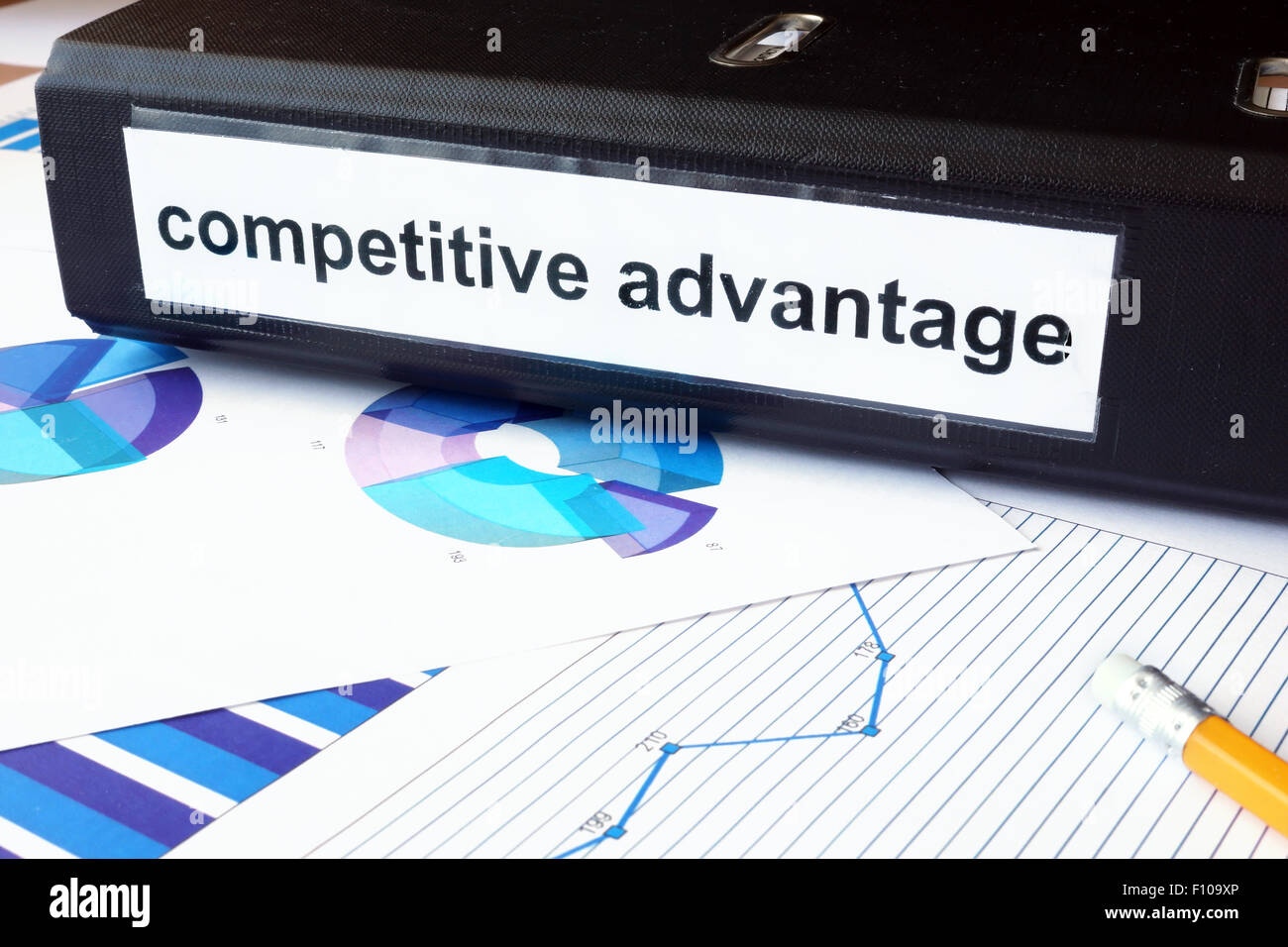 Grafiken und Datei-Ordner mit Label Wettbewerbsvorteil. Business-Konzept. Stockbild