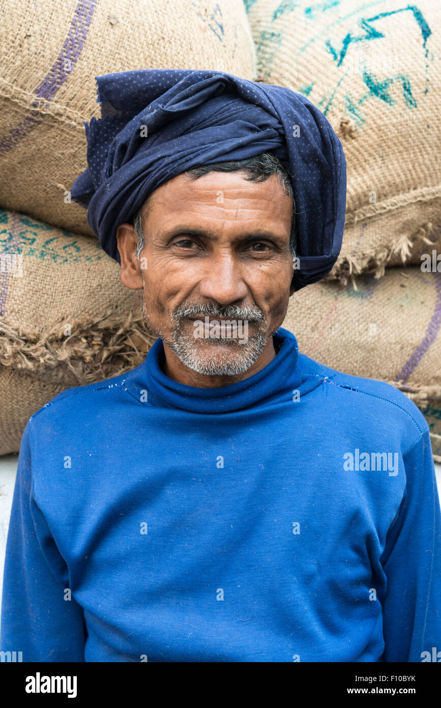 Arbeiter in ein blaues Hemd und Turban in der Nähe von Sadar Bazar, New Delhi, Indien Stockbild