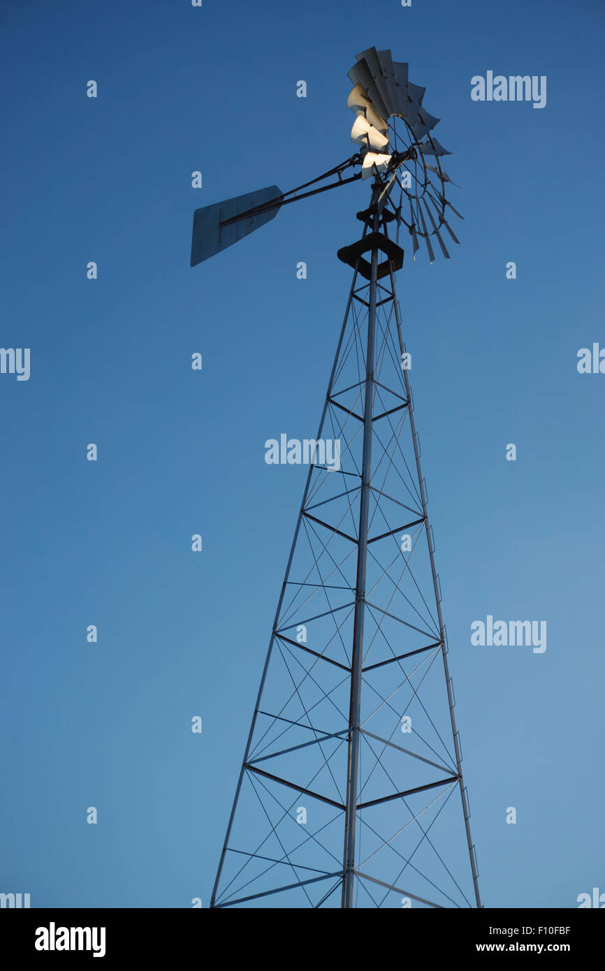 Amerikanischen Bauernhof Windmühle; ein Wind angetriebene Wasserpumpe am Leola, Lancaster County, Pennsylvania, Stockbild