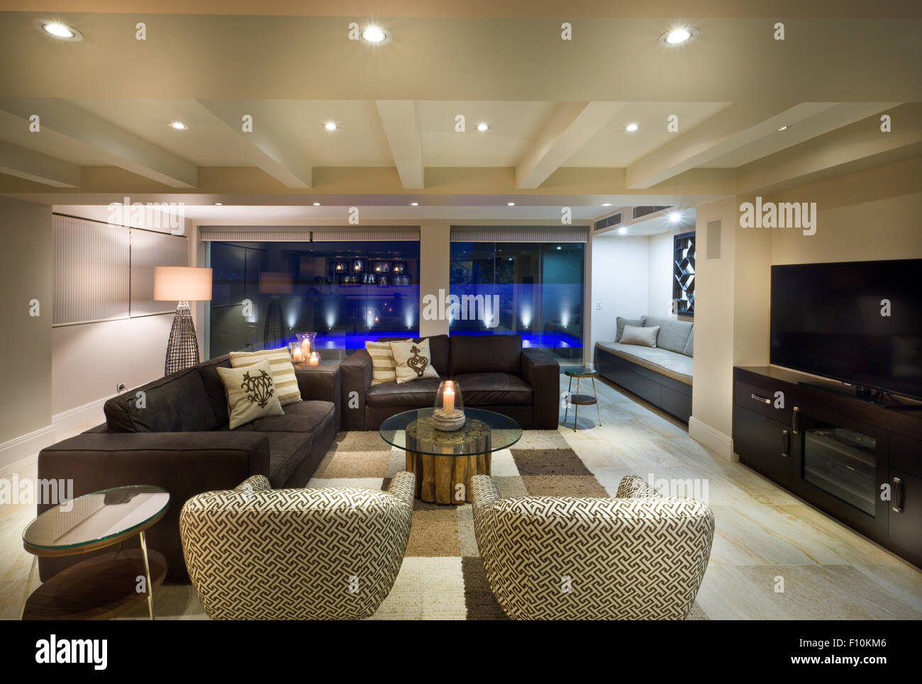 Schönes Wohnzimmer mit großen Fenstern, set paar Sofas und Sesseln ...
