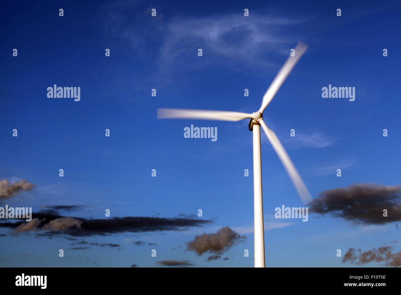 Windturbine gegen malerischen Himmel drehen. Dänemark. Stockbild