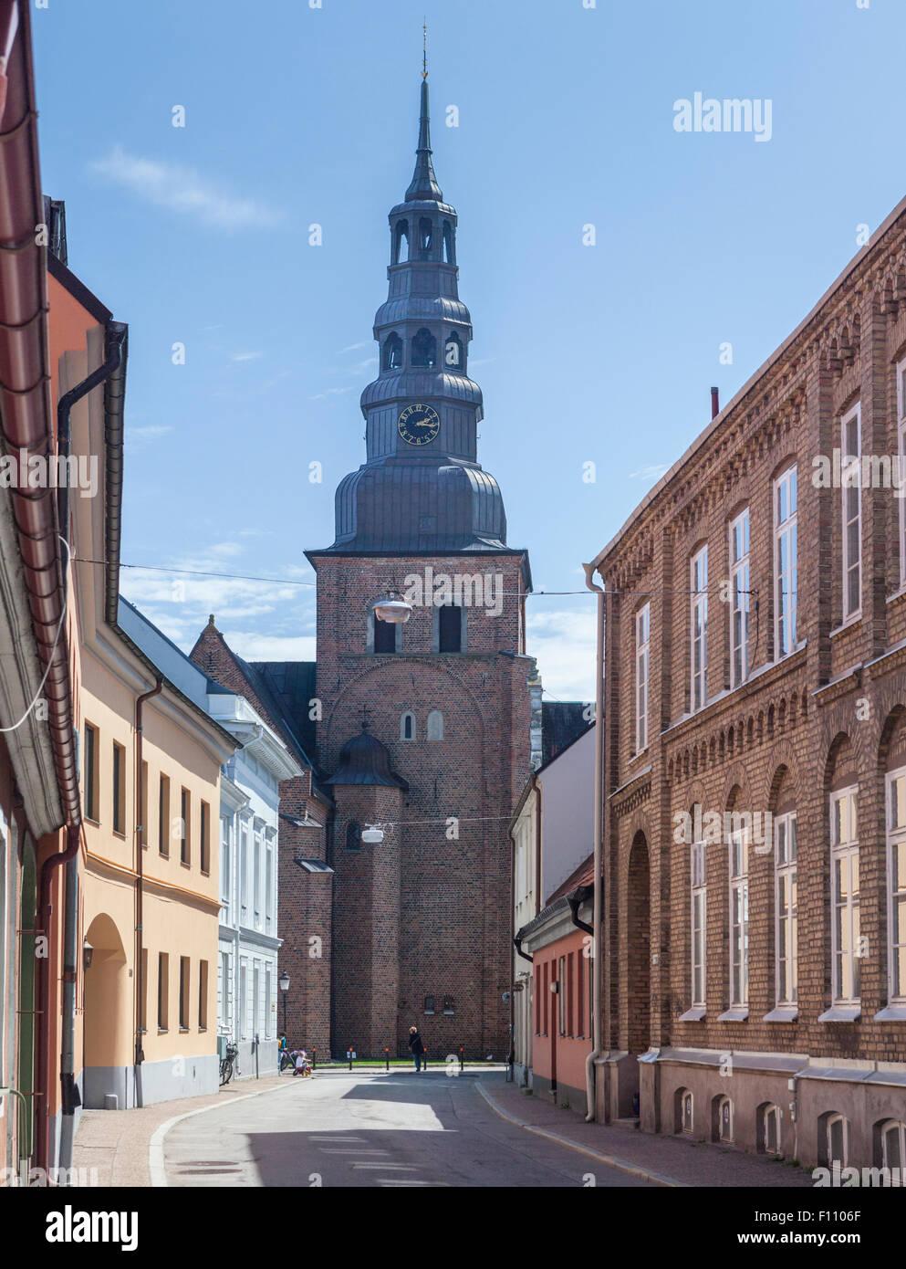 Dezembers Maria Kyrka (Kirche St. Maria) und alten Gebäuden entlang Stora Norregatan in Stadt von Ystadt in Stockbild