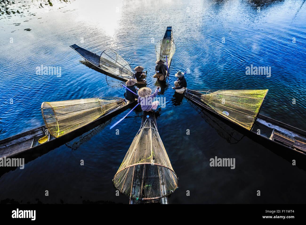 Erhöhte Ansicht der asiatischen Fischern, die in Kanus am Fluss Stockbild