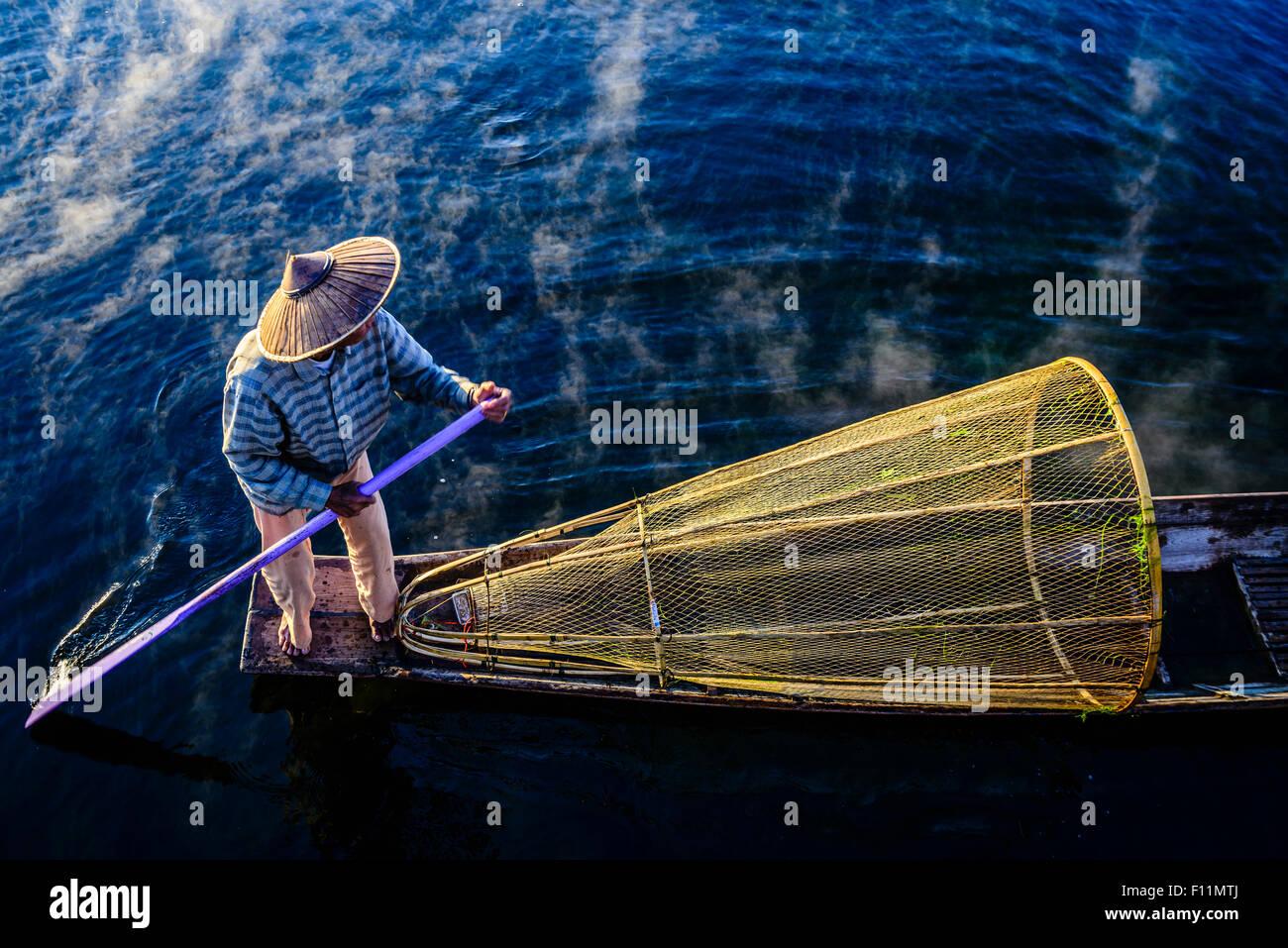 Vogelperspektive Ansicht von asiatischen Fischer mit Fischernetz im Kanu auf dem Fluss Stockbild