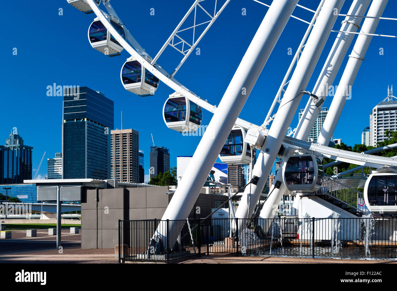Das Wheel of Brisbane vor der Skyline. Stockbild