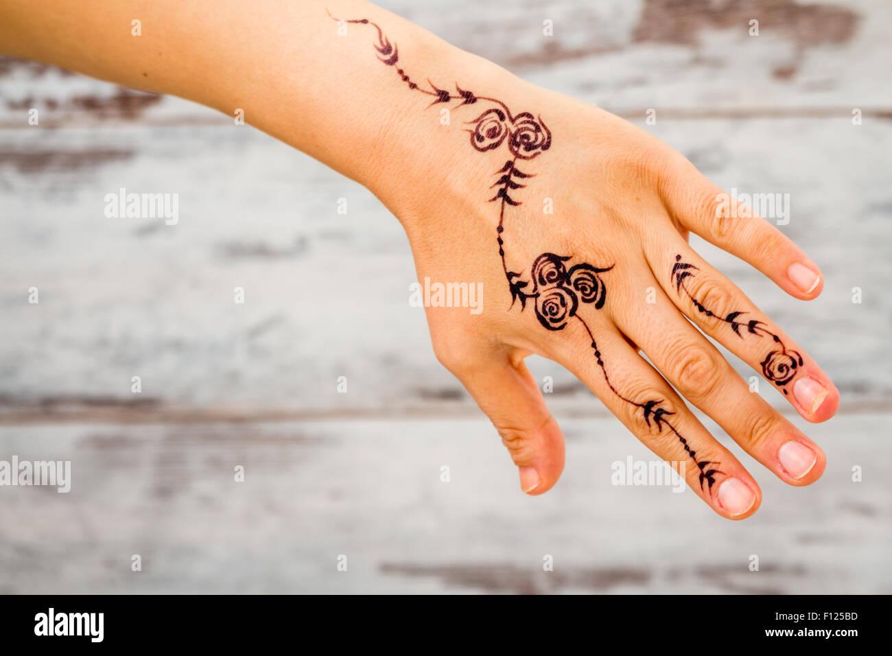Frau ohne Nagellack mit floralen Figuren mit schwarzen Henna ...