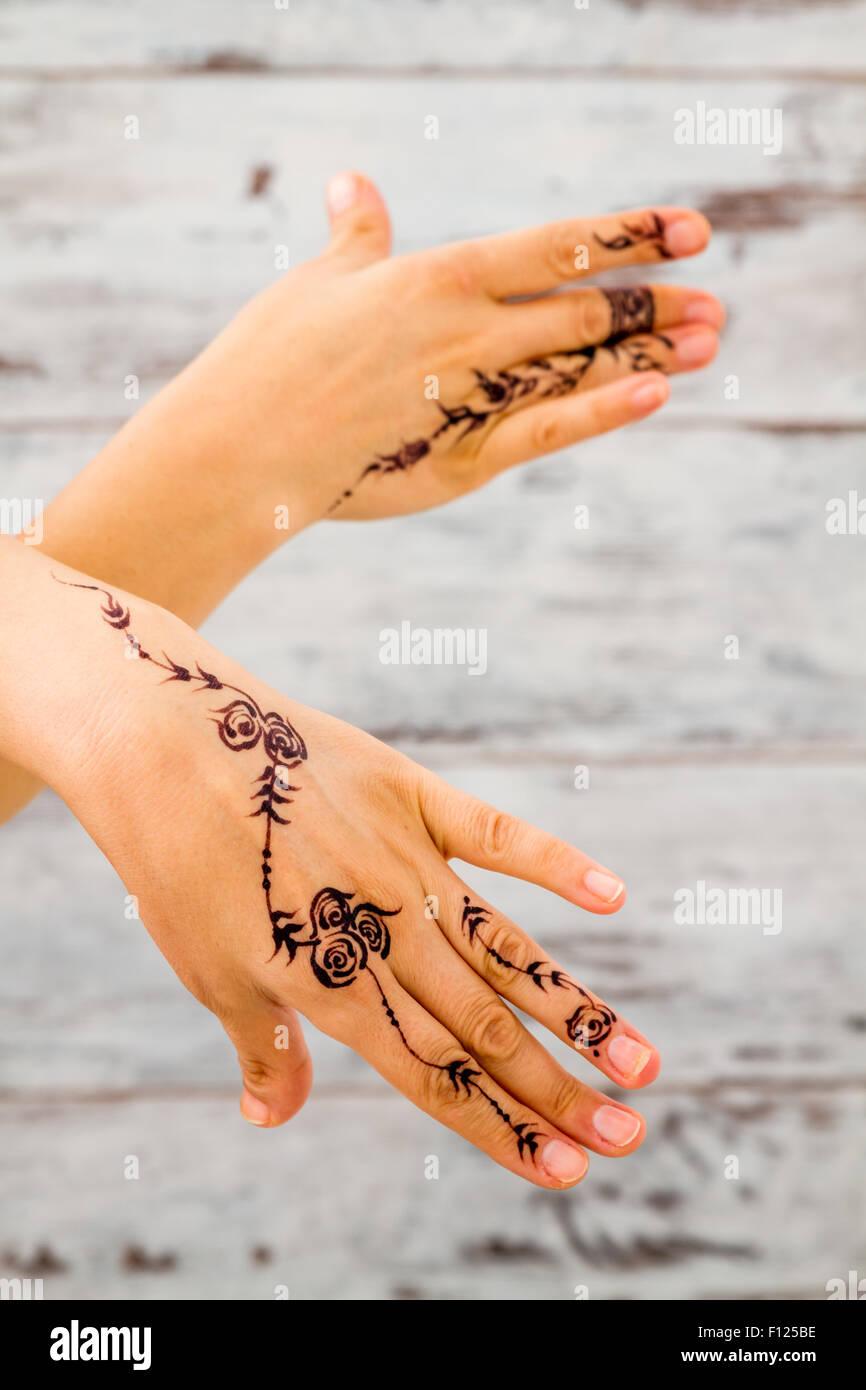 Frau Hände ohne Nagellack mit floralen Figuren mit schwarzen Henna ...