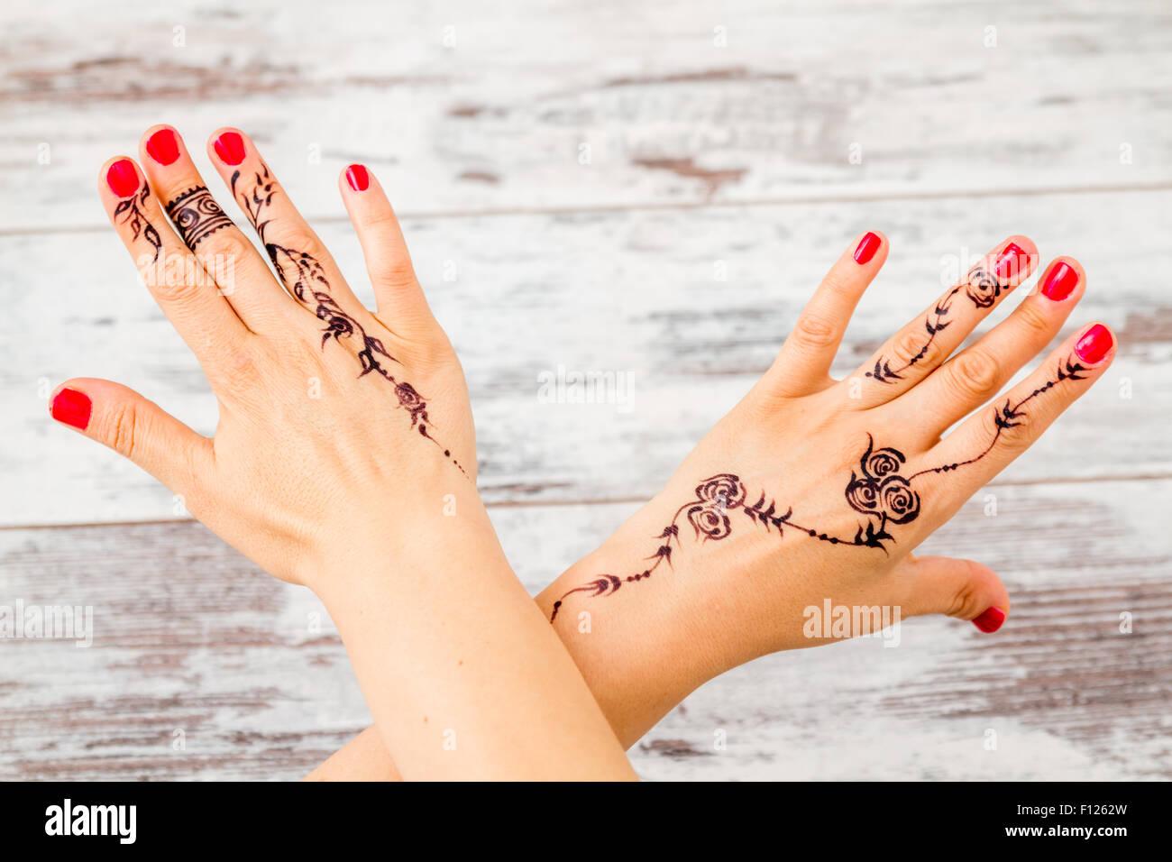 Frau Hände mit Nagellack, mit floralen Figuren mit schwarzen Henna ...