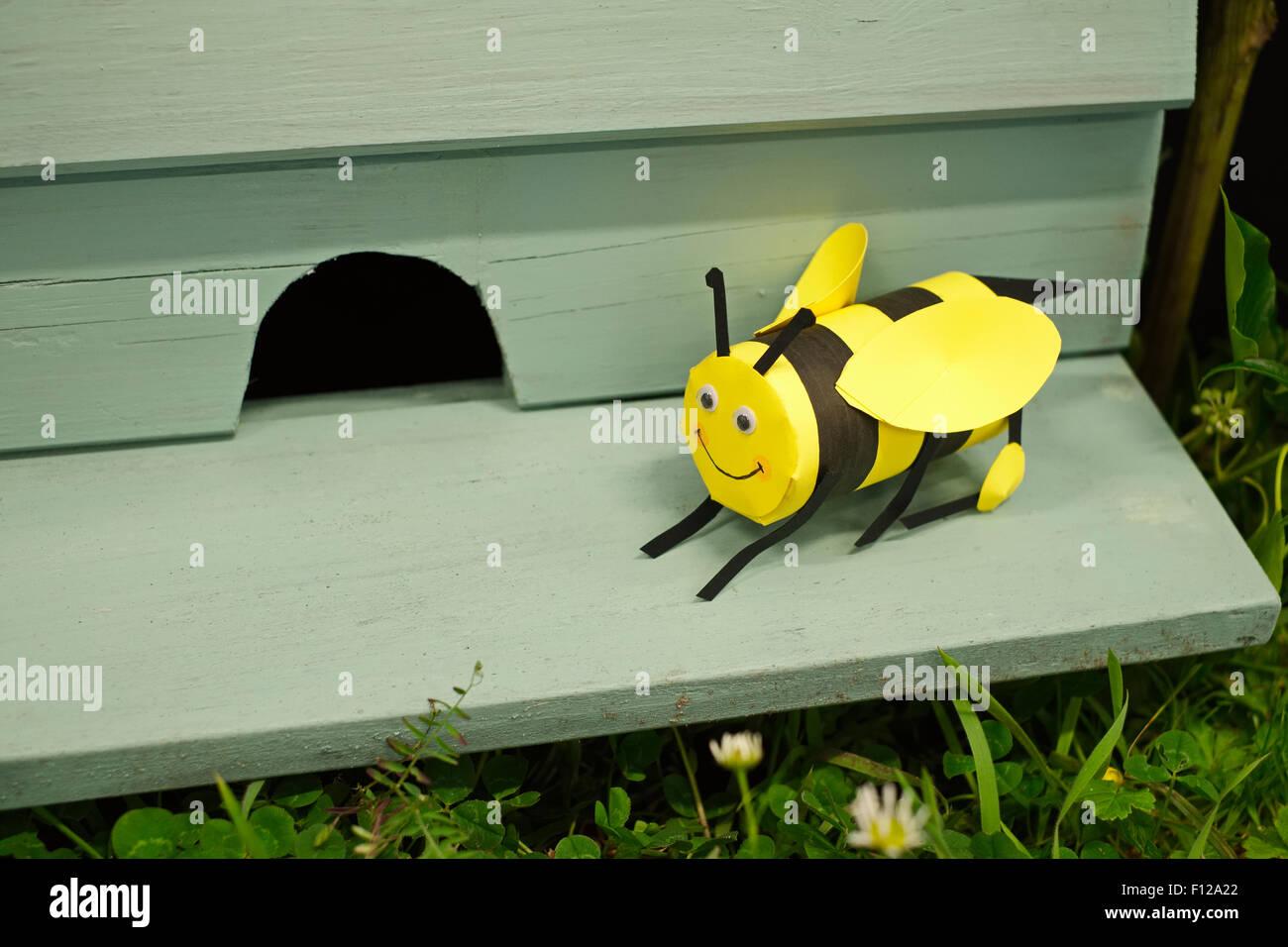 Ein Lächeln auf den Lippen Papier Modell Bee draußen ein Flugloch - Dorf Show Ausstellung Stockbild
