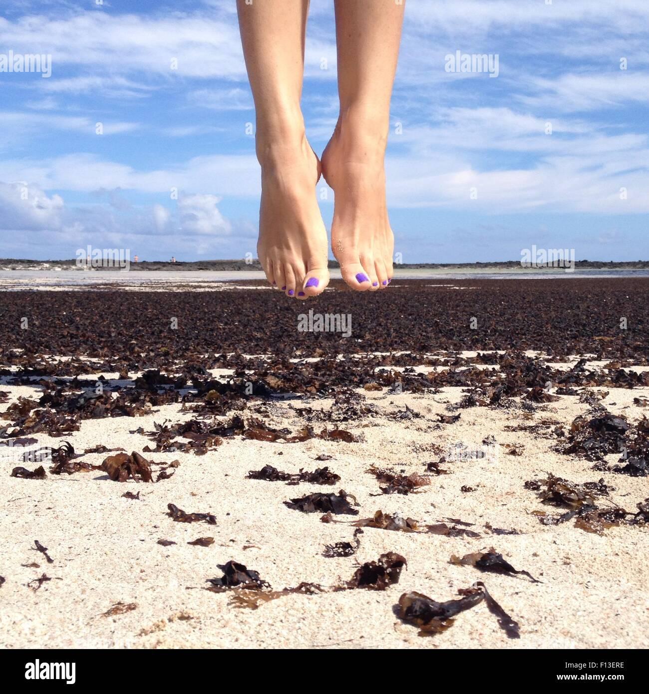 Menschliche Füße in der Luft Stockbild