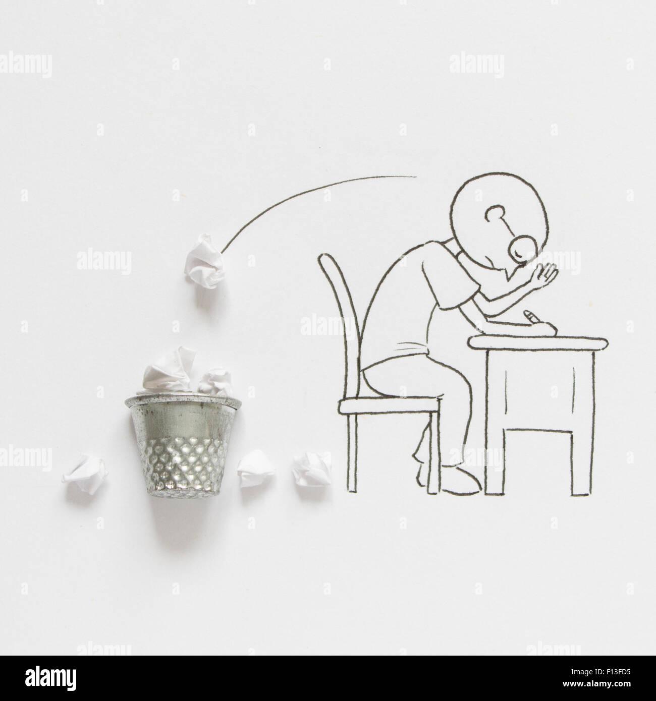 Konzeptionelle Mann sitzt am Schreibtisch mit Schreibblockade Stockbild