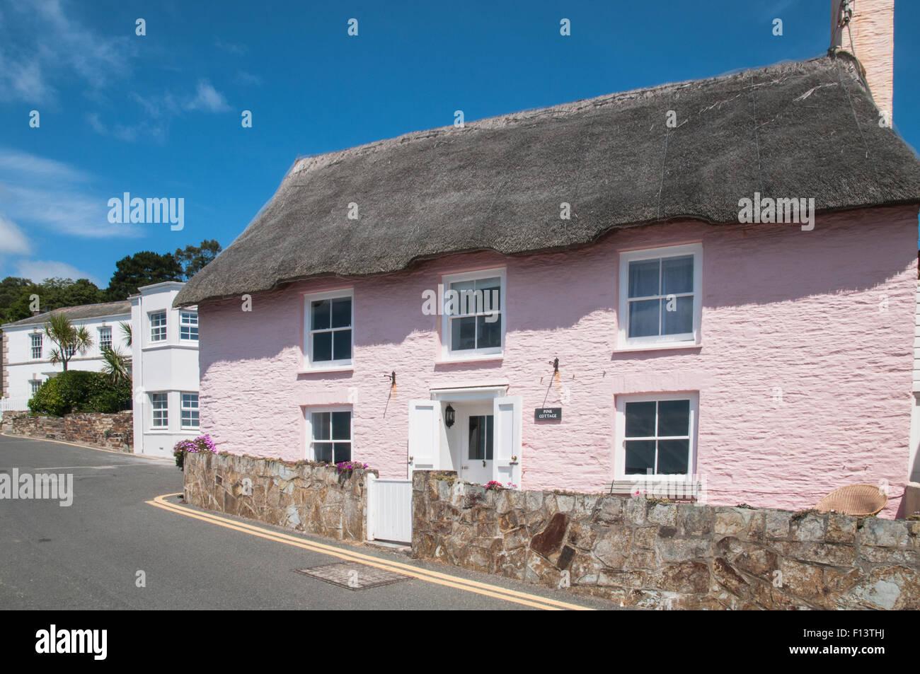 Thacthed Pink Cottage St Mawes Cornwall England Stockbild