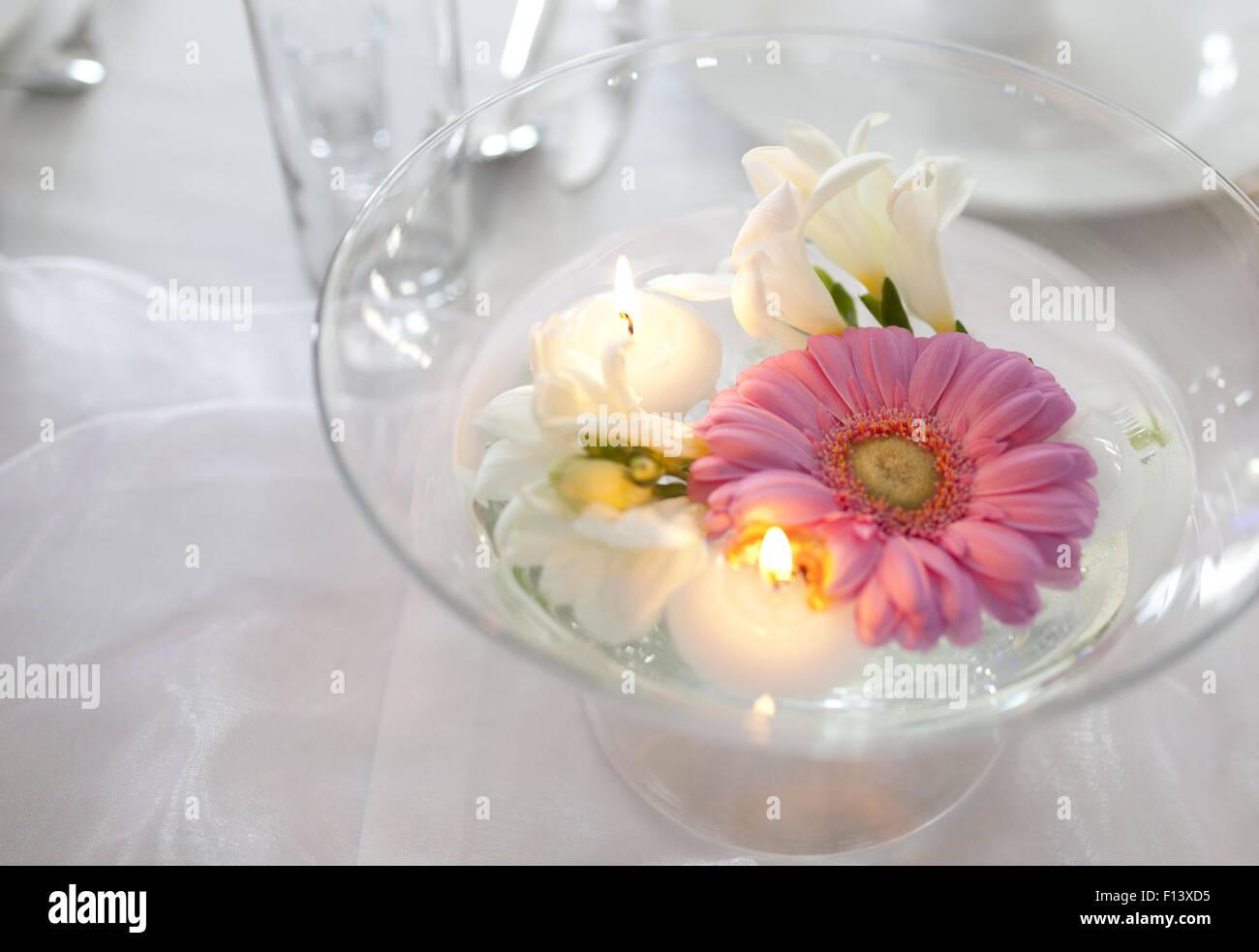 Schwimmende Kerzen Und Blumen Auf Hochzeitstisch Stockfoto Bild