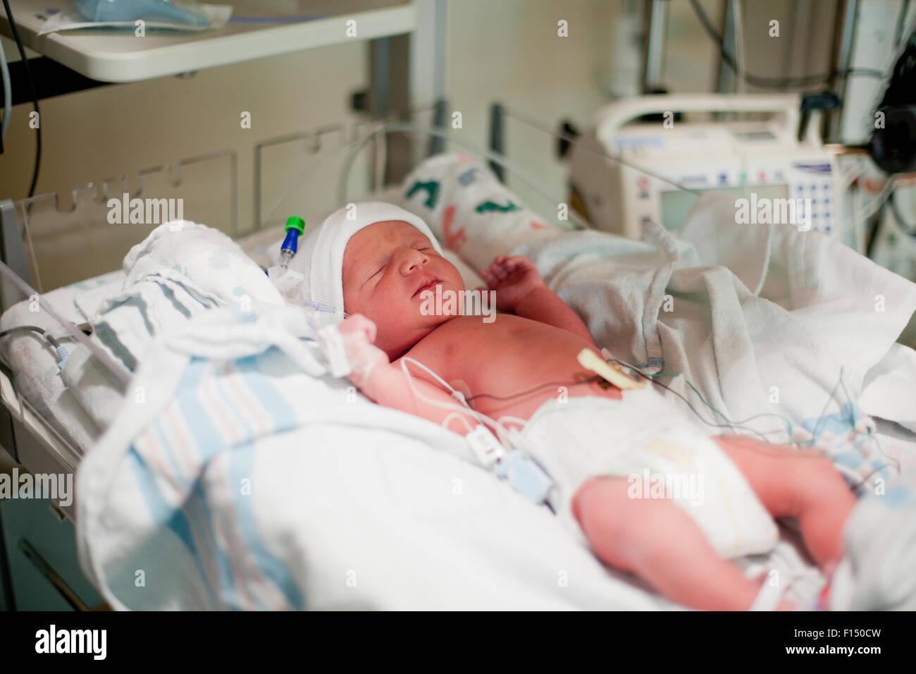 Neugeborenes baby im stubenwagen im krankenhaus stockfoto bild