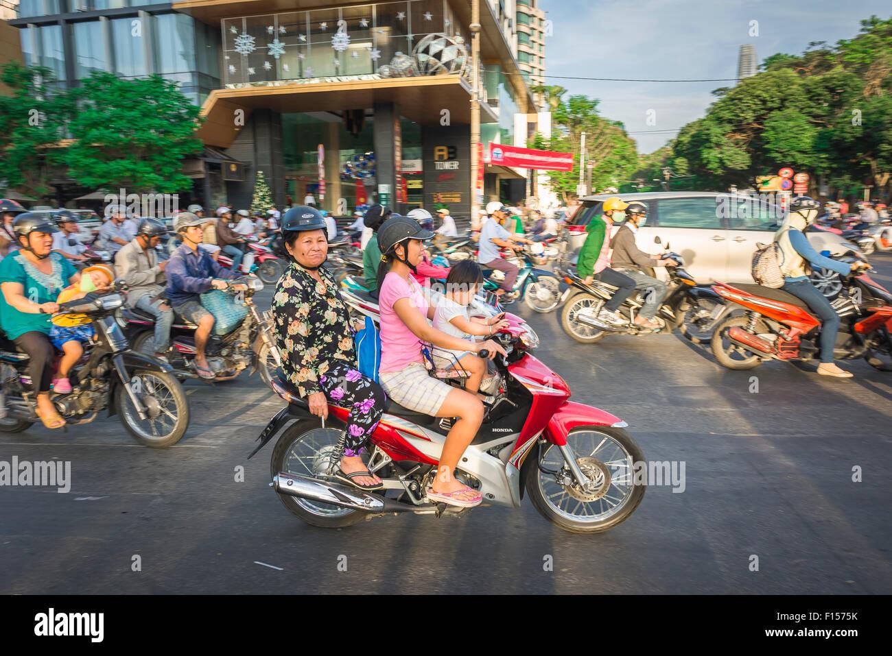 Familie Motorrad Vietnam, drei Generationen eine Fahrt im Berufsverkehr in Dong Pham Ngu Lao im Zentrum von Ho Chi Stockbild