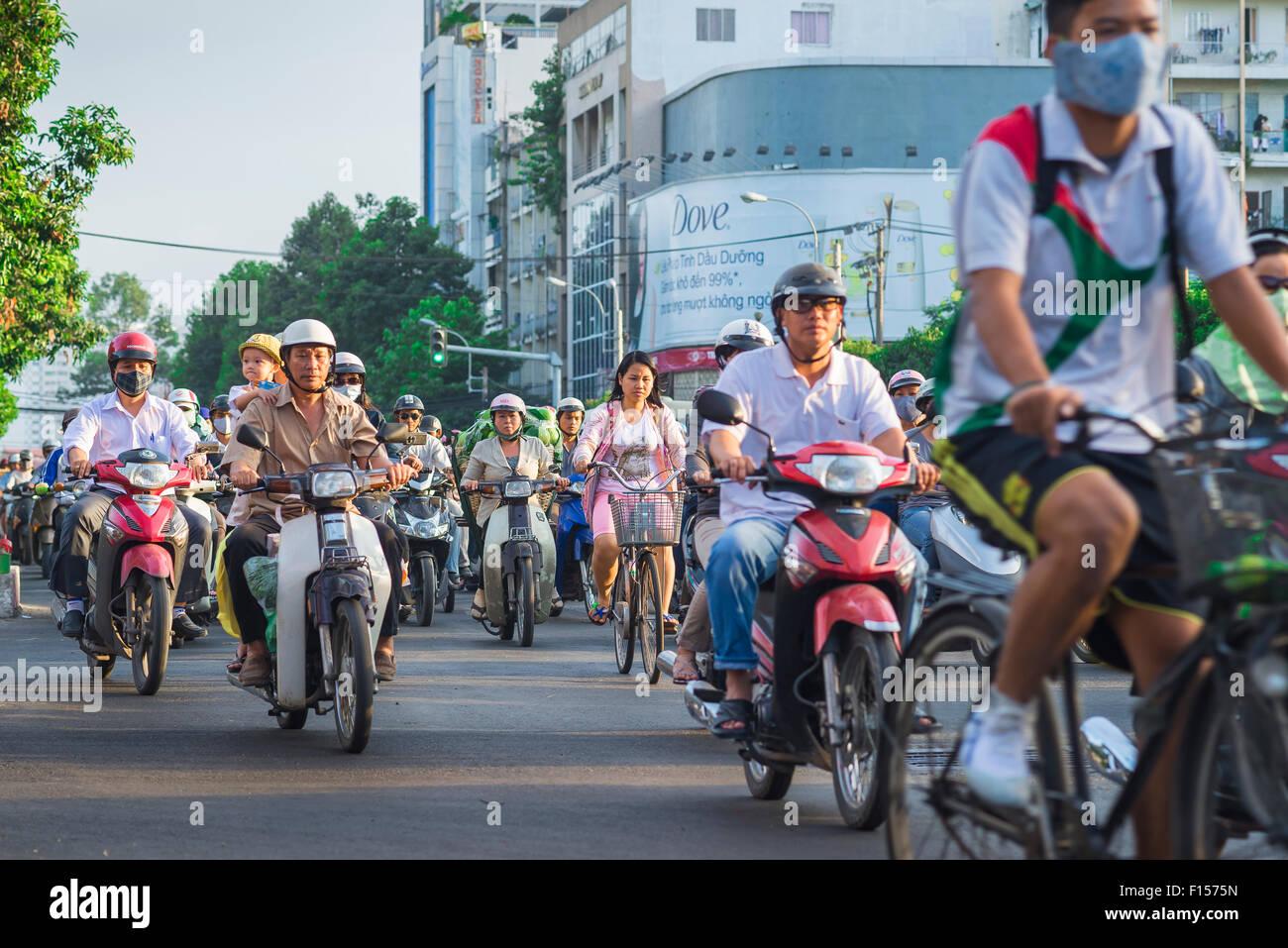 Ho-Chi-Minh-Stadt-Verkehr, abends Feierabendverkehr entlang Dong Cong Quynh in Ho-Chi-Minh-Stadt, HCMC, zentrale Stockbild