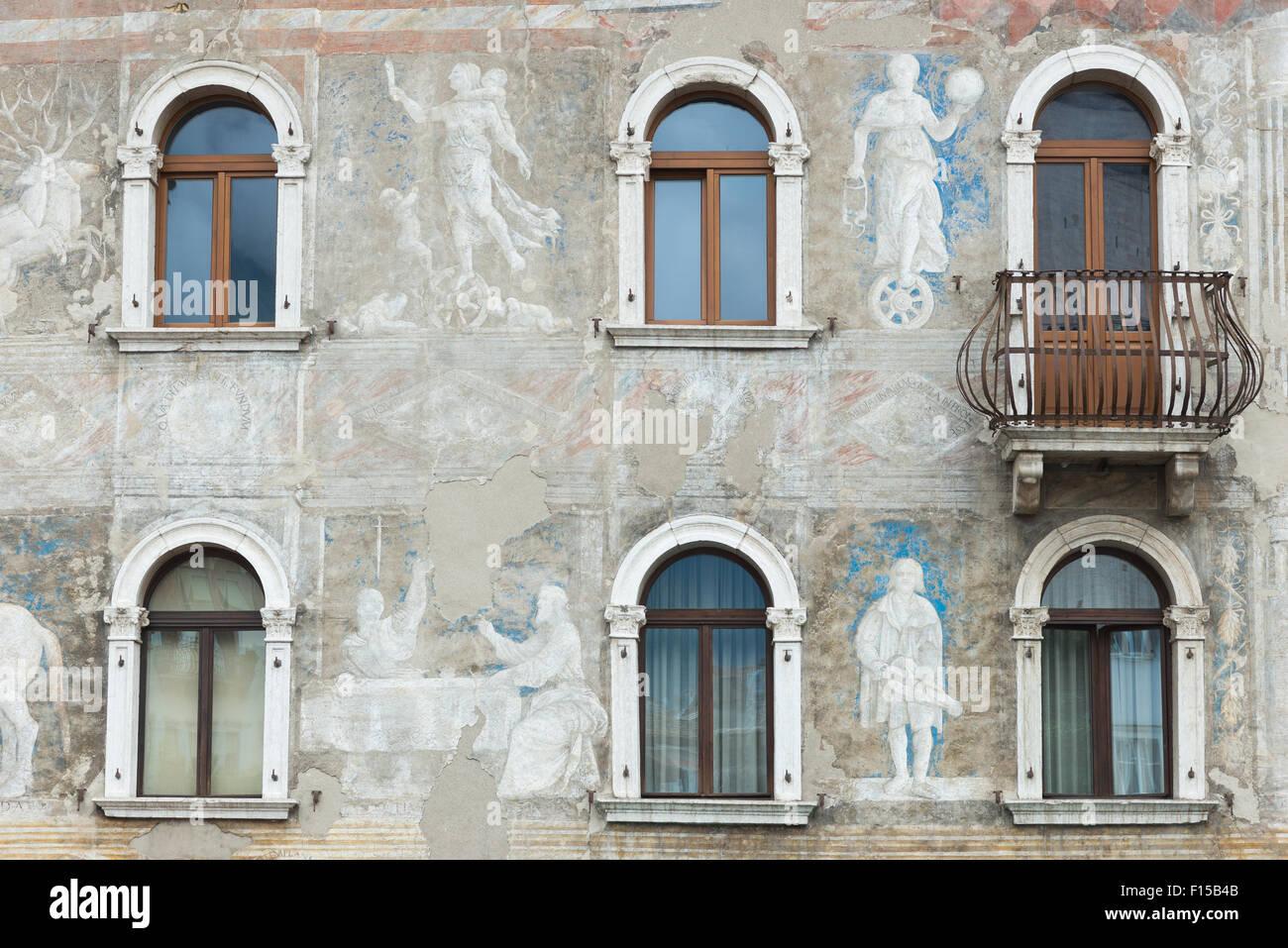Trento, Italien, Detail eines von zwei Gebäuden Freskengeschmueckten bin Domplatz Stockbild