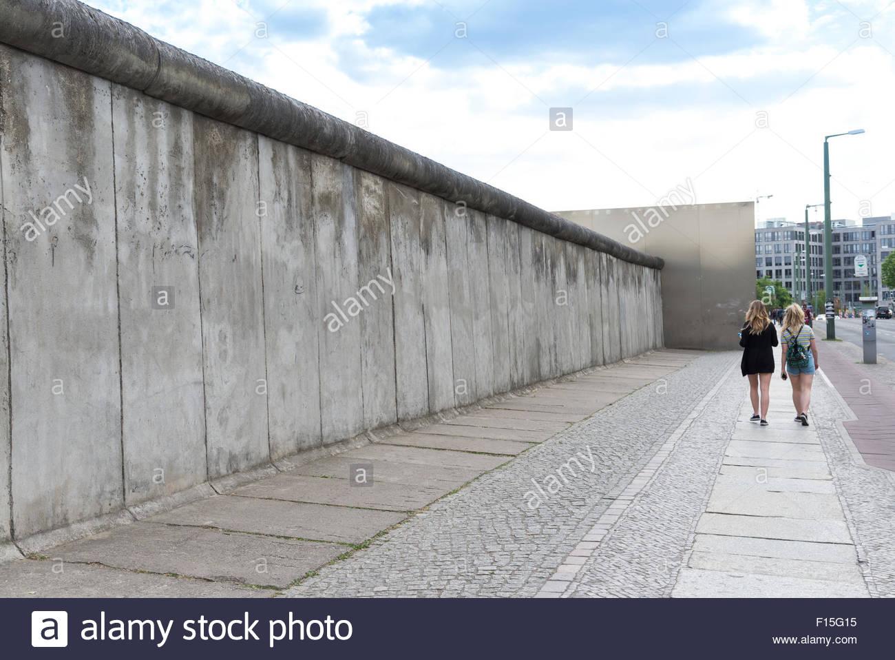 Die Gedenkstätte Berliner Mauer-Gedenkmünze Stück der Mauer an der Bernauer Straße, Berlin, Deutschland Stockfoto