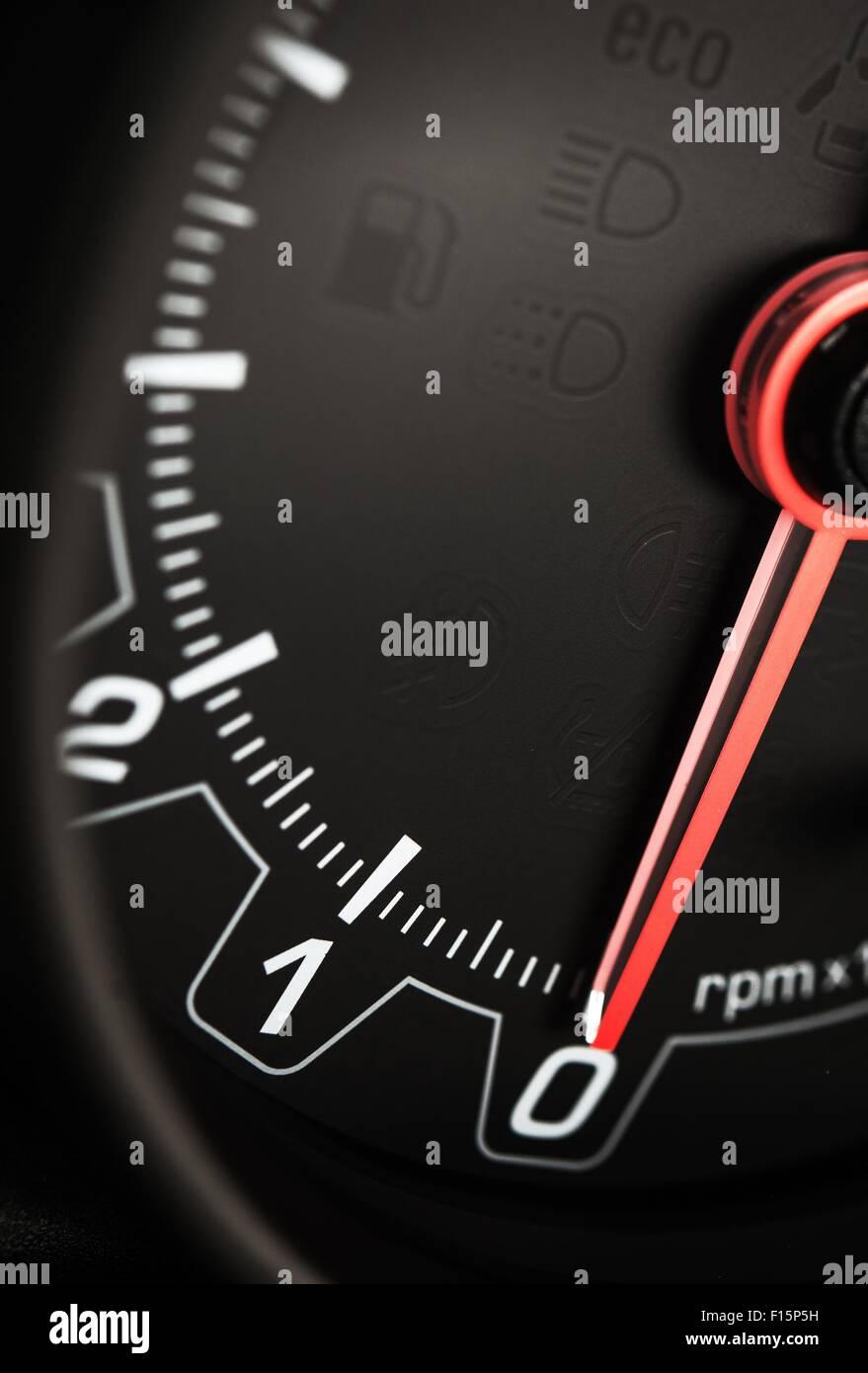 Schwarzes Auto Drehzahlmesser Nahaufnahme. Schuss pro Minute Tacho. Auto-Technologien. Stockbild
