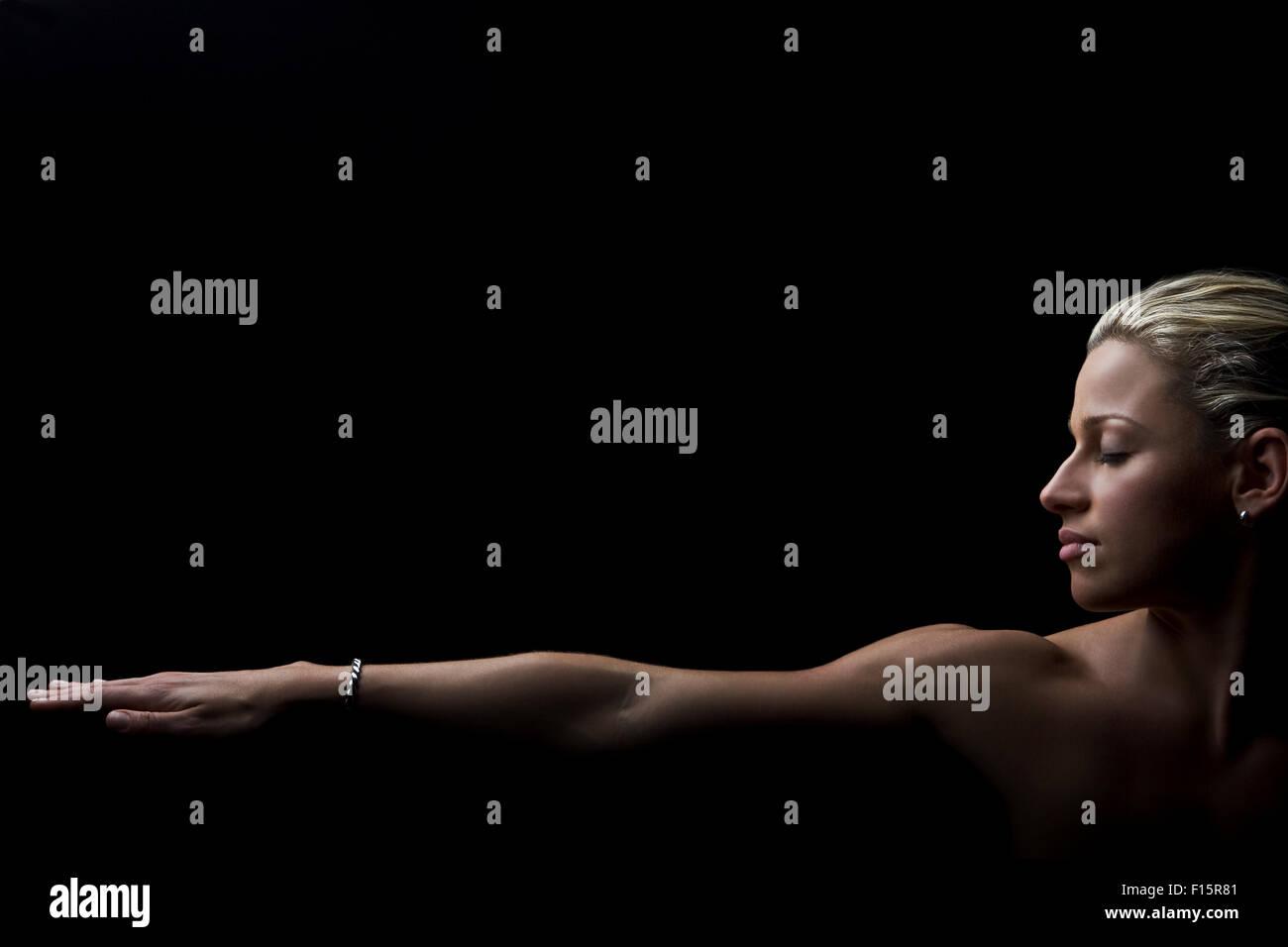 dramatische Studioportrait Fit blonde Sportlerin Augen geschlossen ...