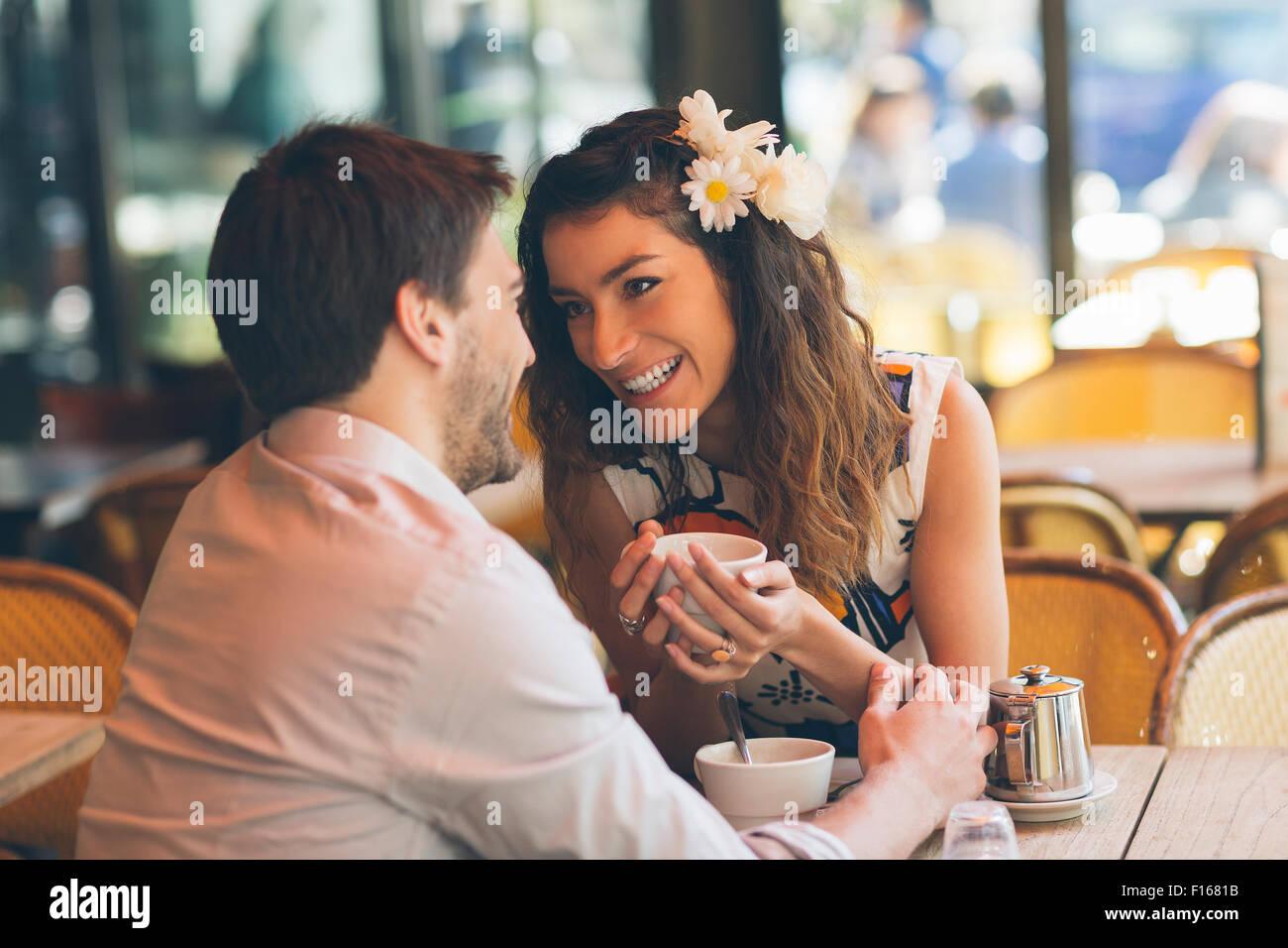 Paar im Café Paris aus Stockbild