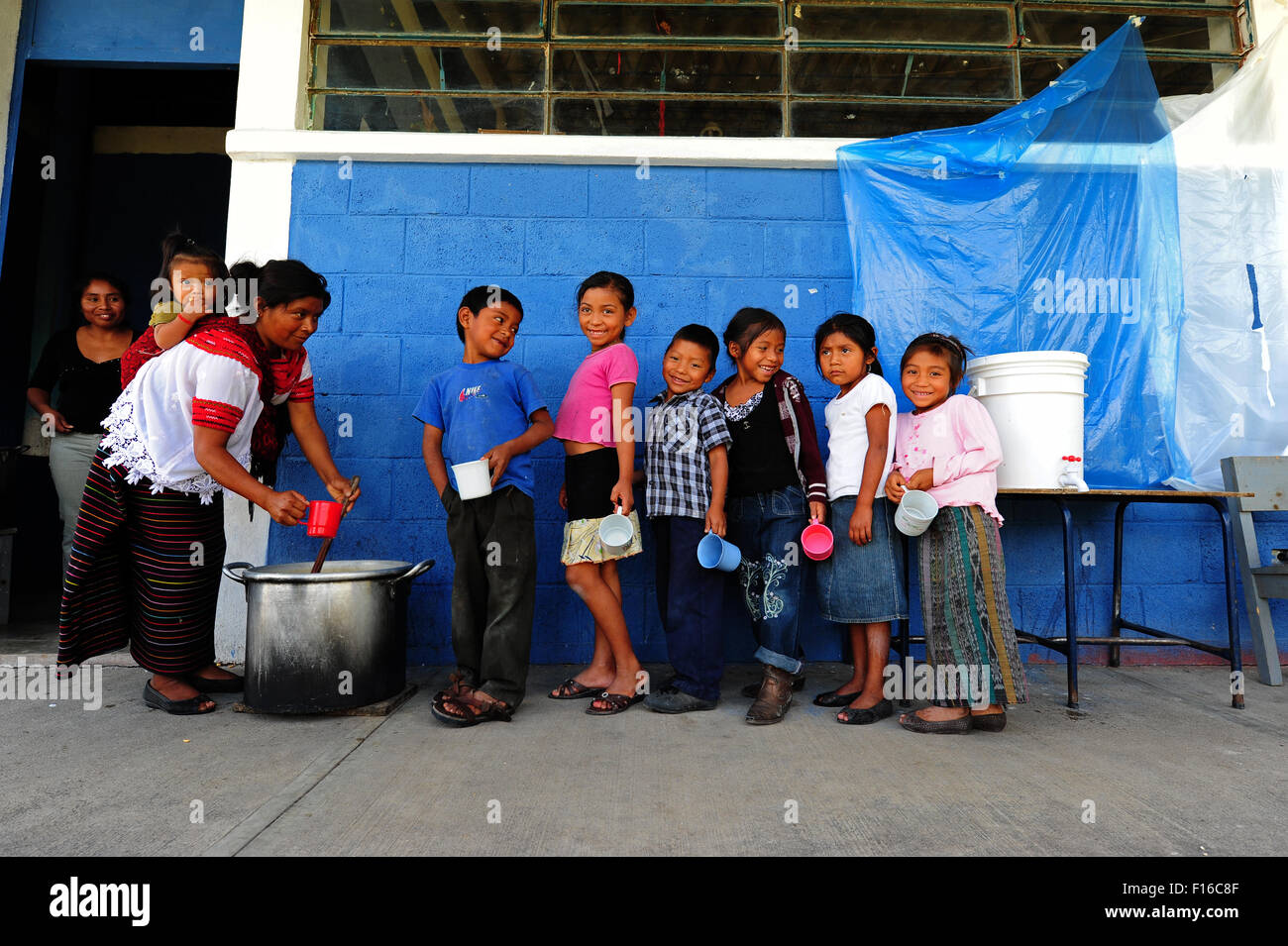 Guatemala, Aguacatan, Schule Mutter (Teresa de Leon Raymundo 32 Jahre mit Rita Aracely de Leon Raymundo 11 Monate) Stockfoto