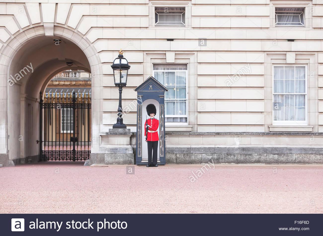 Königliche Wache stehen, Buckingham Palace, London, England, Großbritannien, England, Stockbild