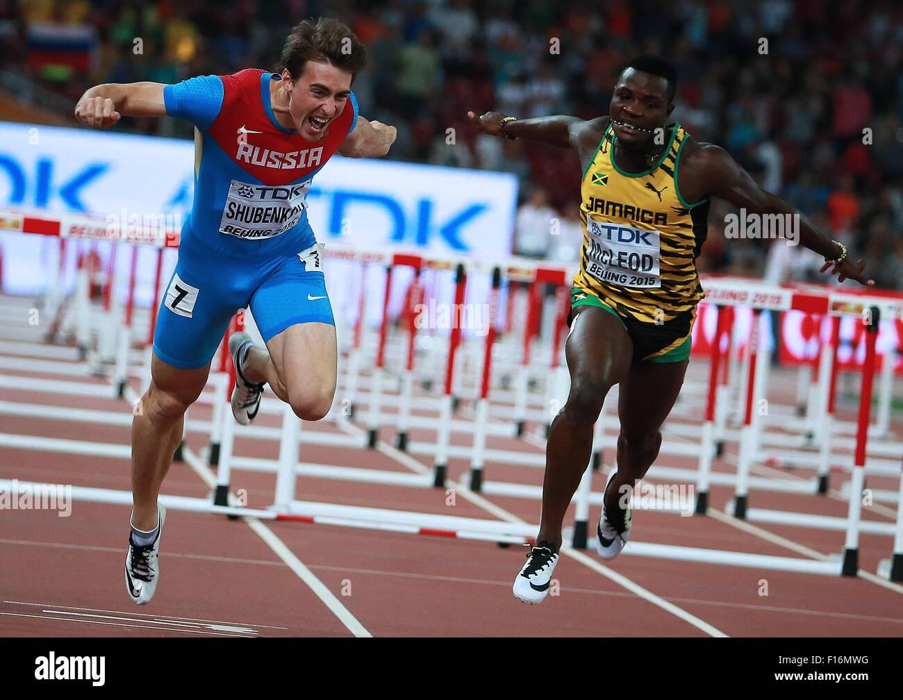 Peking, China. 28. August 2015. Goldmedaillengewinner, Russlands Sergej Shubenkov (L) und Jamaikas Omar McLeod über Stockbild