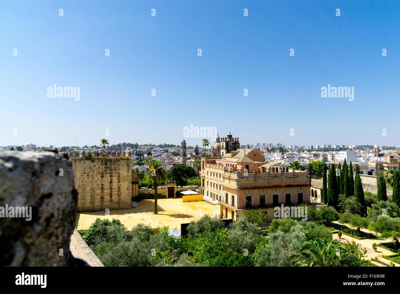 Jerez De La Frontera, Spanien. Blick über den Garten des Alcazar, der Kathedrale und darüber hinaus auf Stockbild