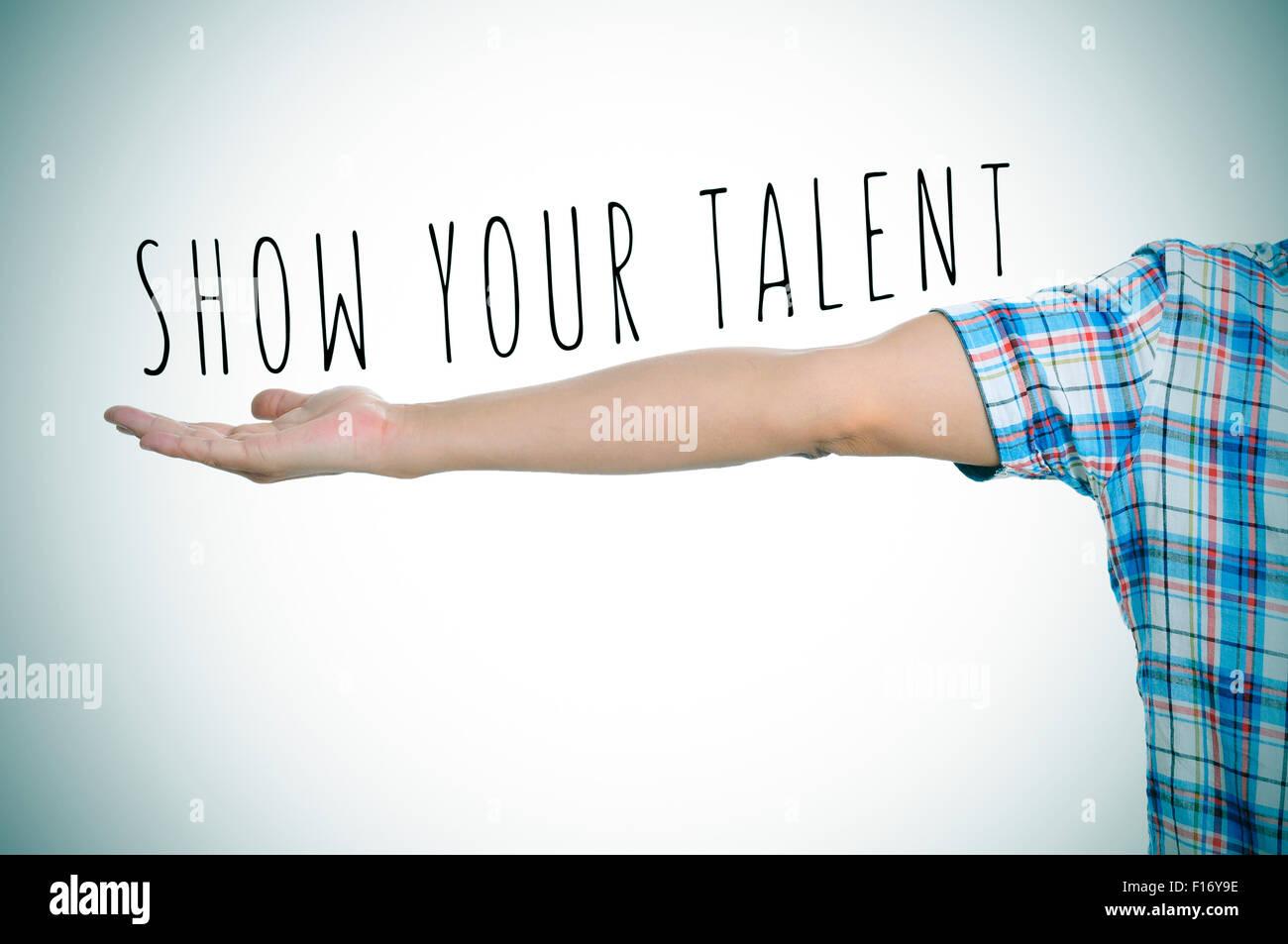 kaukasischen Jüngling und den Text zeigen Sie Ihr Talent in seinem ausgestreckten Arm leichte Vignette hinzugefügt Stockbild