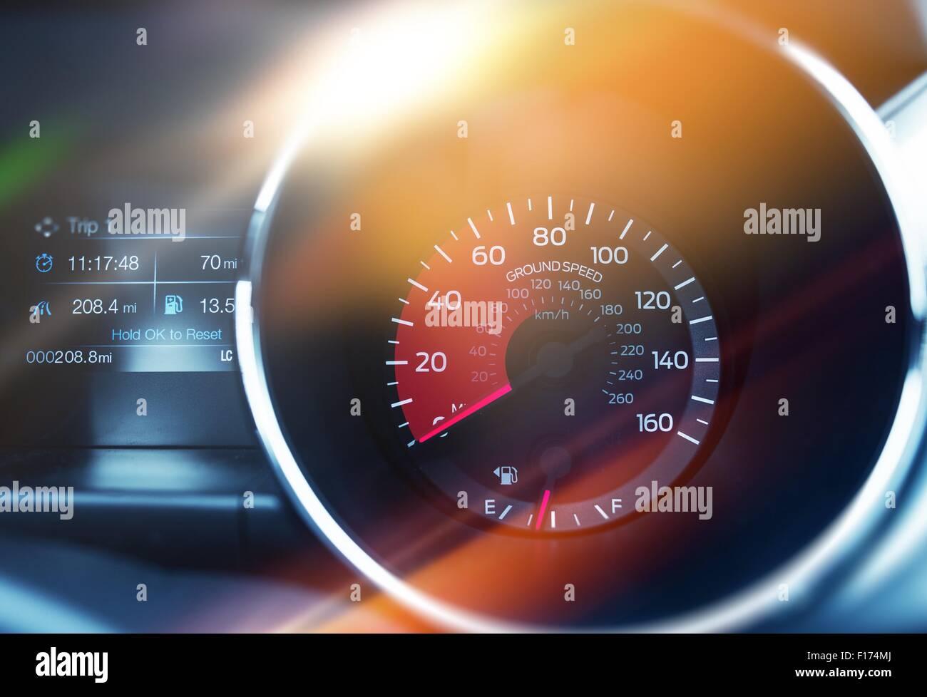 Geschwindigkeit über Grund Drehzahlmesser. Speed Control modernes Auto Armaturenbrett Konzept. Stockbild