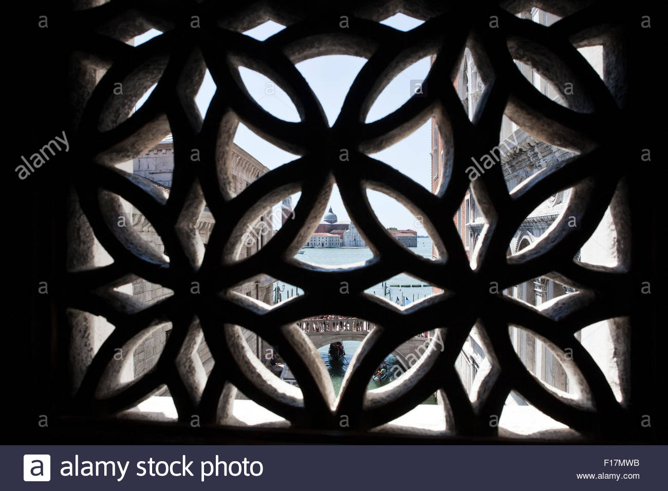 Ein Blick von der Seufzerbrücke in Venedig Stockbild