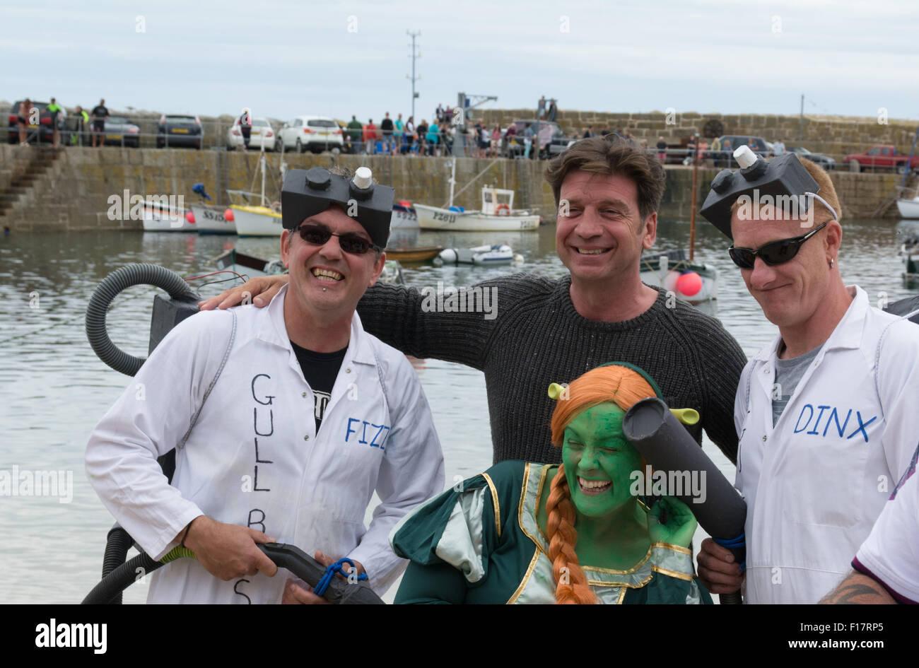 Mousehole, Cornwall, UK. 29. August 2015. Prominenten TV-Moderator Nick Knowles die am besten gekleidete Crew für Stockbild