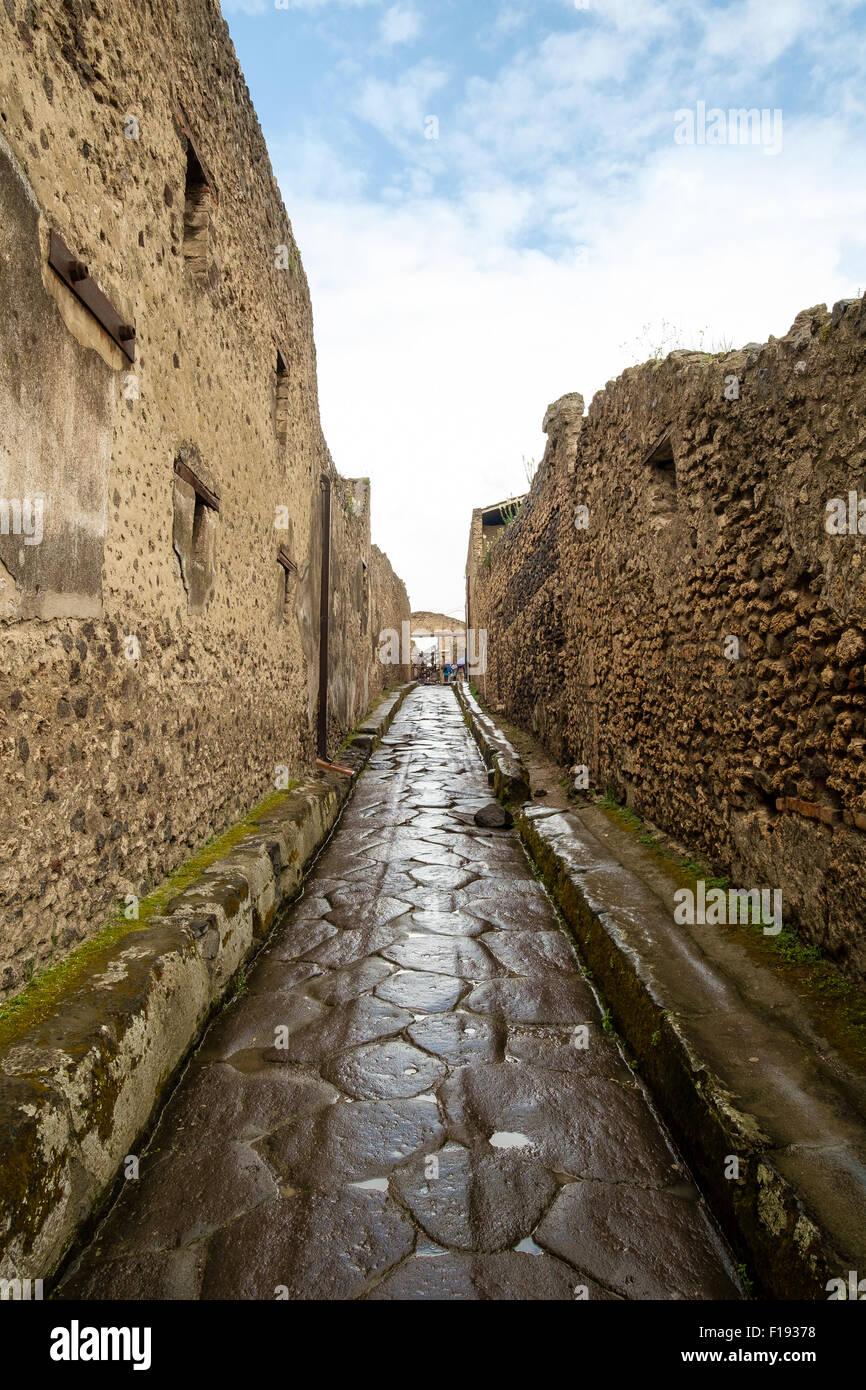 Schmalen gepflasterten Straße in Pompeji, mit Streitwagen tracks Stockbild