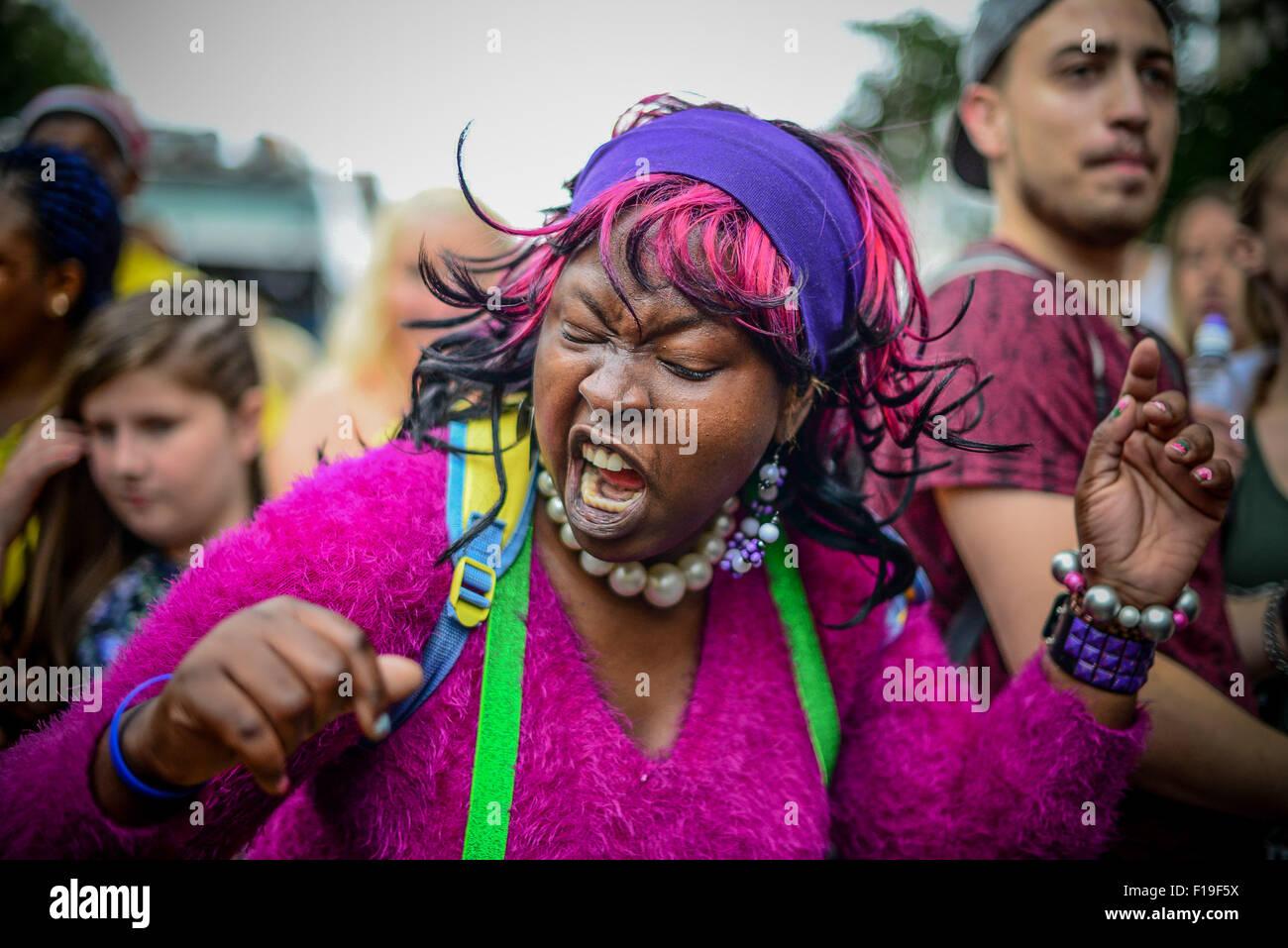 London, UK. 30. August 2015. Hunderte von Jugendlichen nehmen Teil in einer großen Prozession von Calypso Tänzer Stockbild