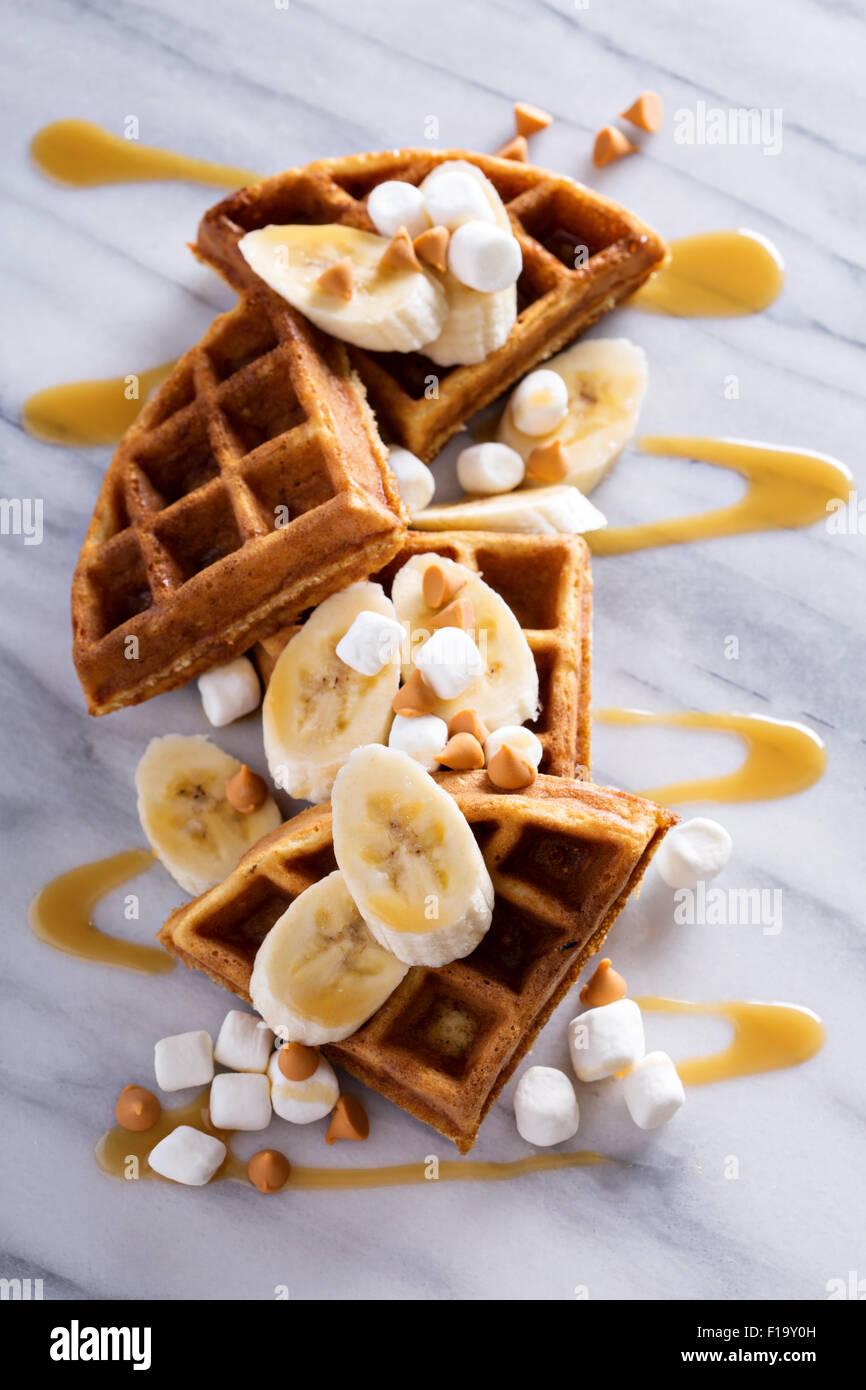Waffeln mit Erdnussbutter und Bananen, garniert mit Karamell-Sirup Stockbild