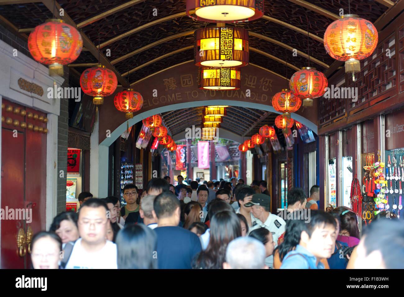 Menschen im Laufe der Yu Yuan Old Street, Shanghai, China Stockbild