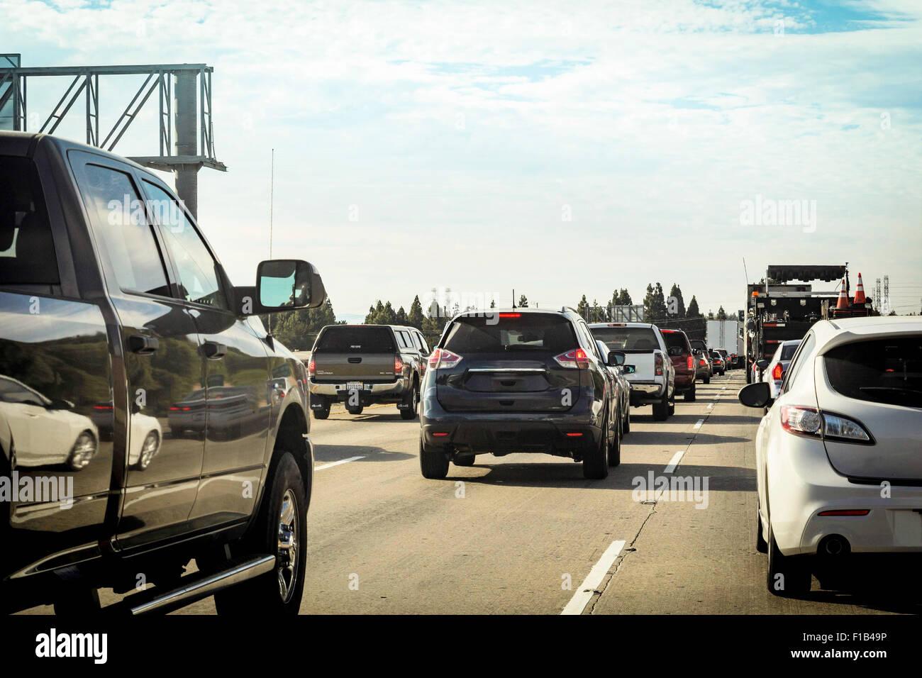 Berufsverkehr in der Warteschlange auf der Autobahn Stockbild