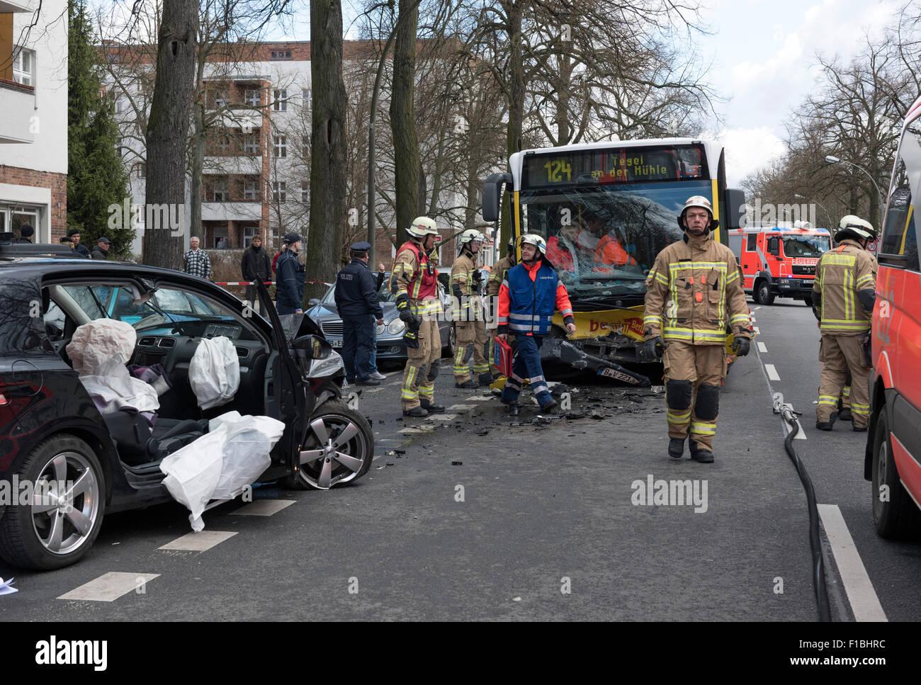 Berlin, Deutschland, Autounfall mit einem BVG-bus Stockfoto, Bild ...