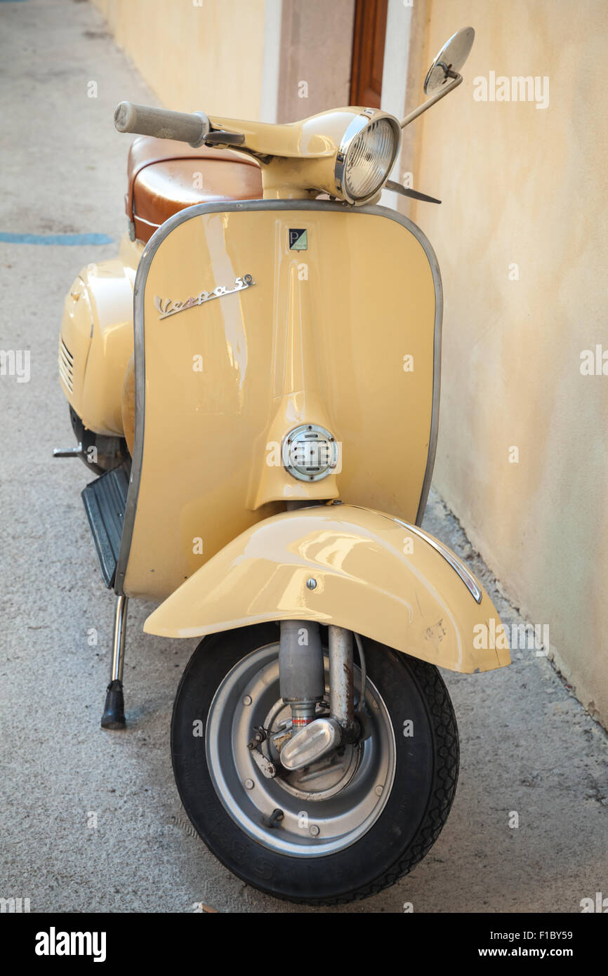 yellow vespa scooter stockfotos yellow vespa scooter. Black Bedroom Furniture Sets. Home Design Ideas