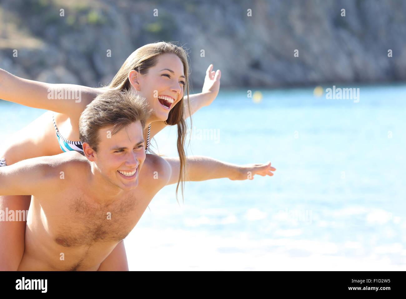 Romantisches Brautpaar am Strand spielen, in den Sommerferien Stockbild