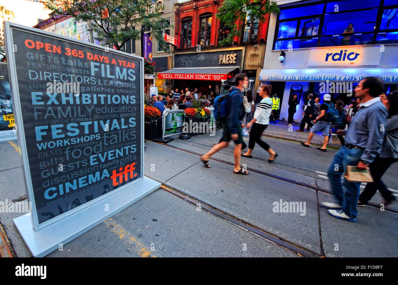 Toronto International Film Festival Volksfest und feiern an der King Street West am Abend Stockbild