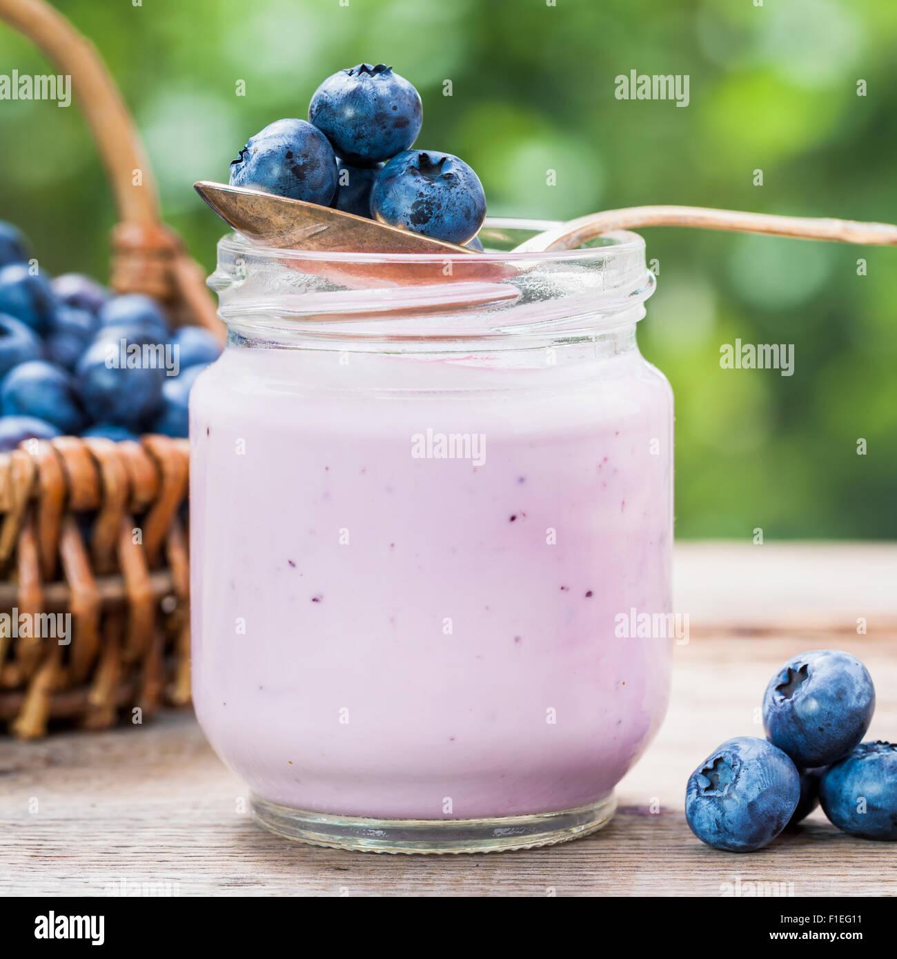 yogurt stockfotos yogurt bilder alamy. Black Bedroom Furniture Sets. Home Design Ideas