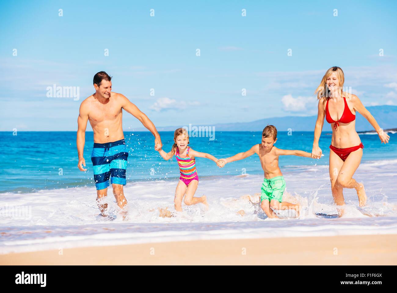 Urlaub mit der Familie. Glückliche Familie, die Spaß an schönen warmen sonnigen Strand. Sommer im Stockbild