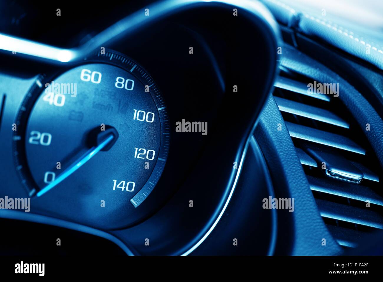 Blaue Tacho Nahaufnahme. Auto Armaturenbrett Tacho Stockbild